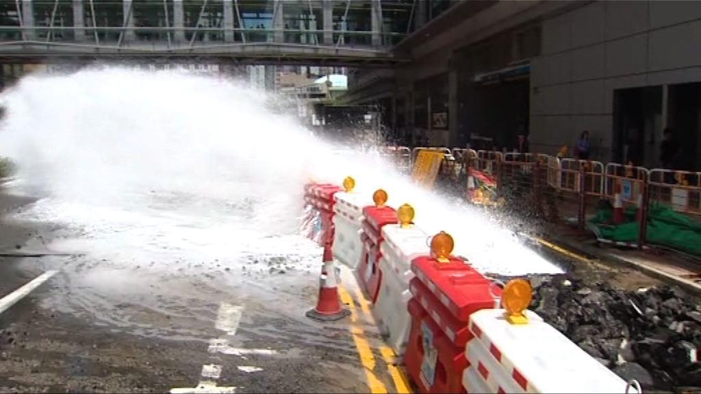 荃灣爆水管四車損毀 一人受傷