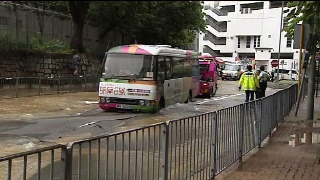 荃灣西樓角路爆水管影響交通