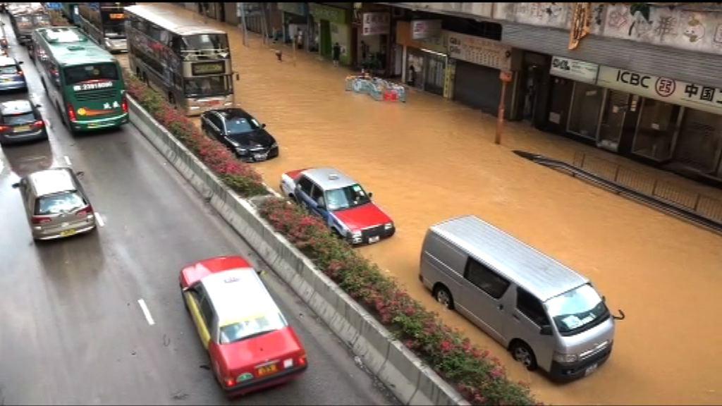 荃灣青山公路地下水管爆裂 交通受阻