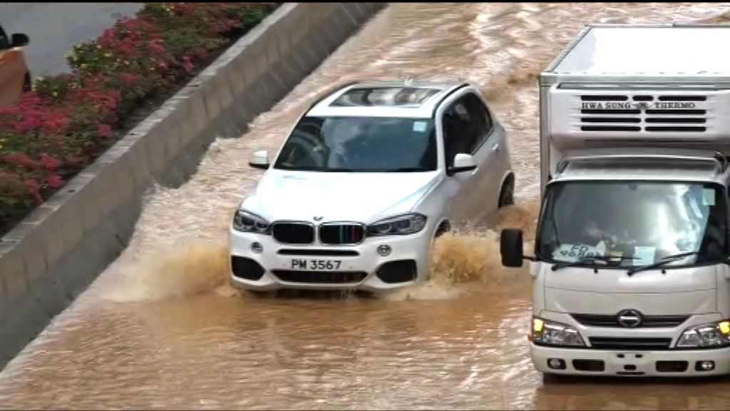 荃灣地下水管爆裂 道路被淹浸
