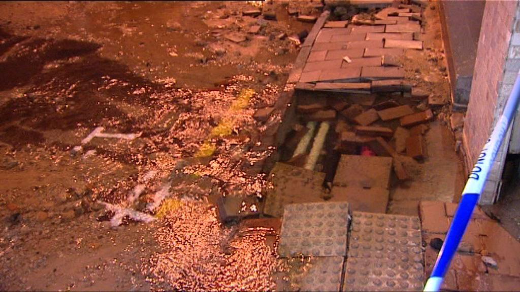 灣仔耀華街地底水管爆裂封路