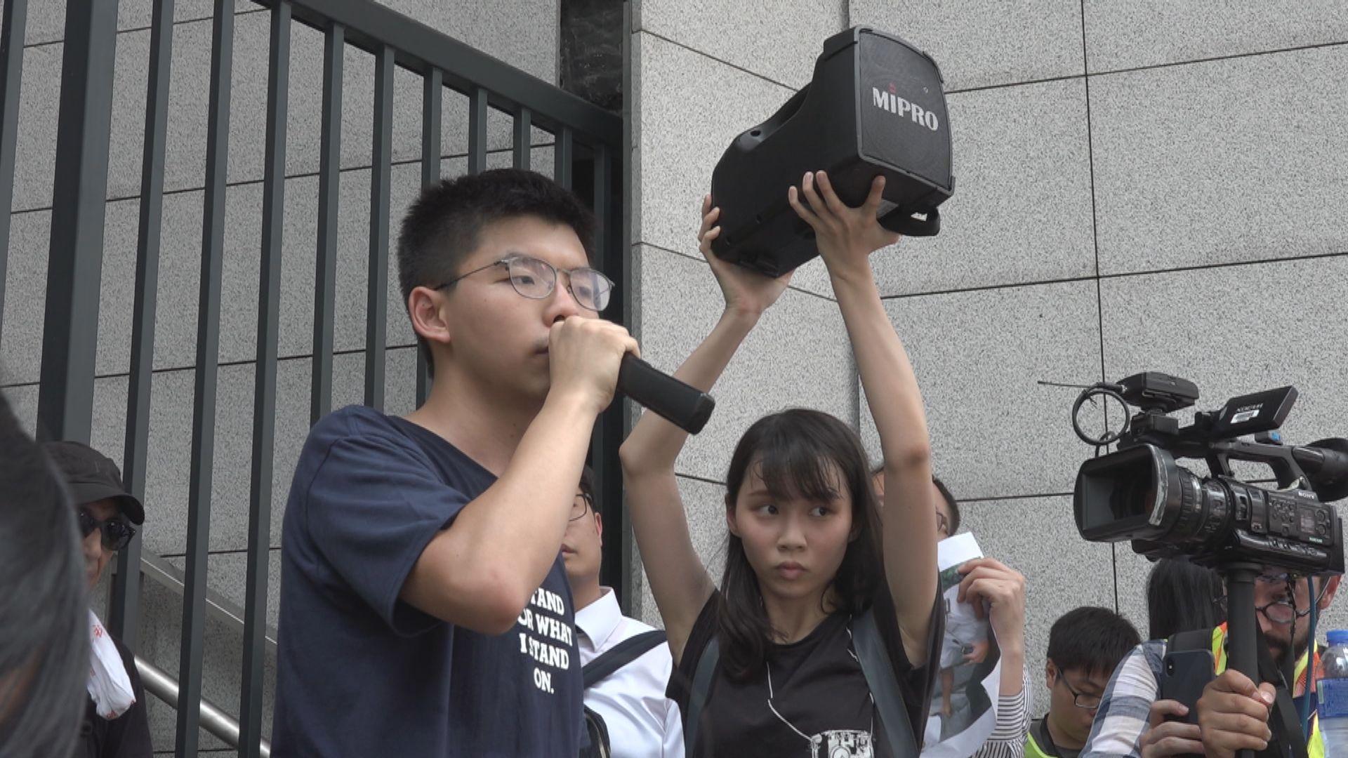 去年621包圍警總 法庭裁定黃之鋒周庭及林朗彥煽惑非法集結等罪成