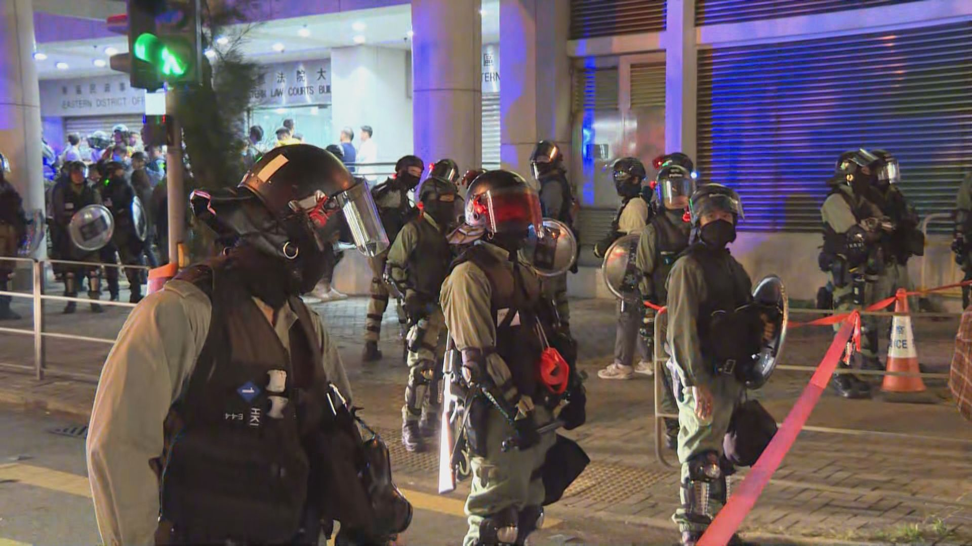大批警員法院外戒備 即時再拘捕被告