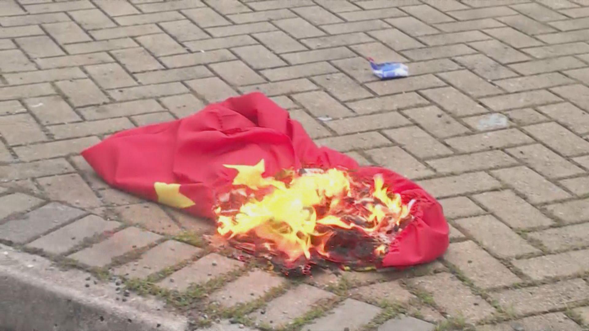 男子東涌燒國旗被控縱火 准保釋下月再訊