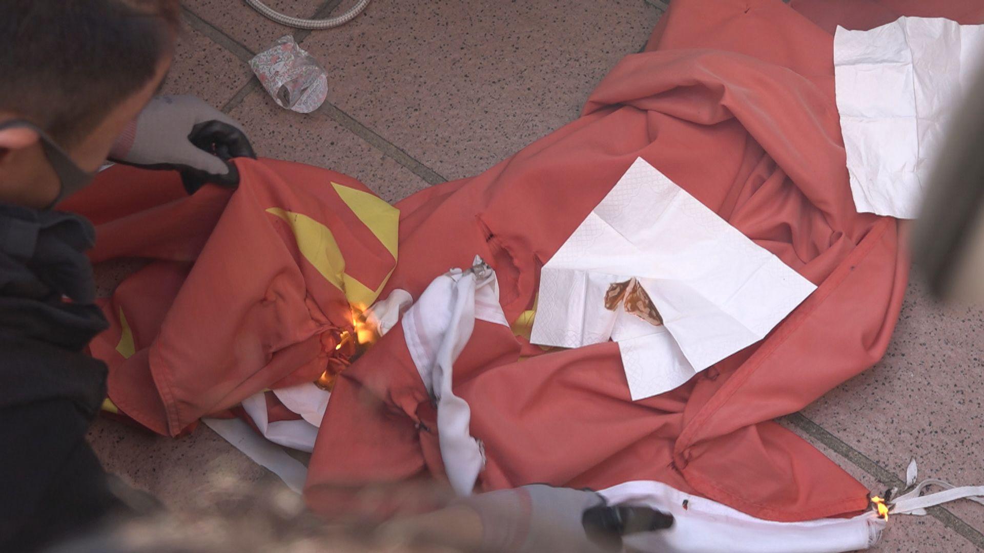 21歲男子去年屯門燒國旗被判240小時社會服務令