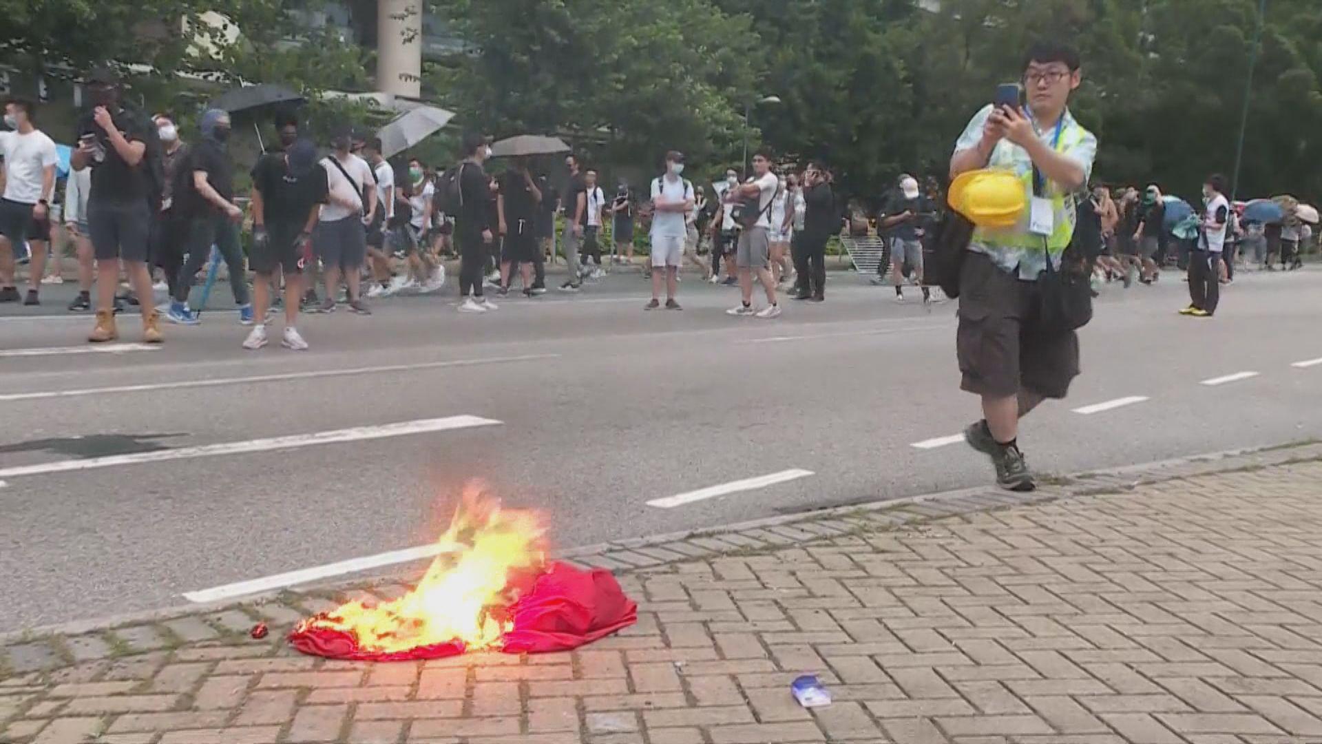 男子前年東涌燒國旗水馬 縱火及侮辱國旗等罪成判監4年7個月