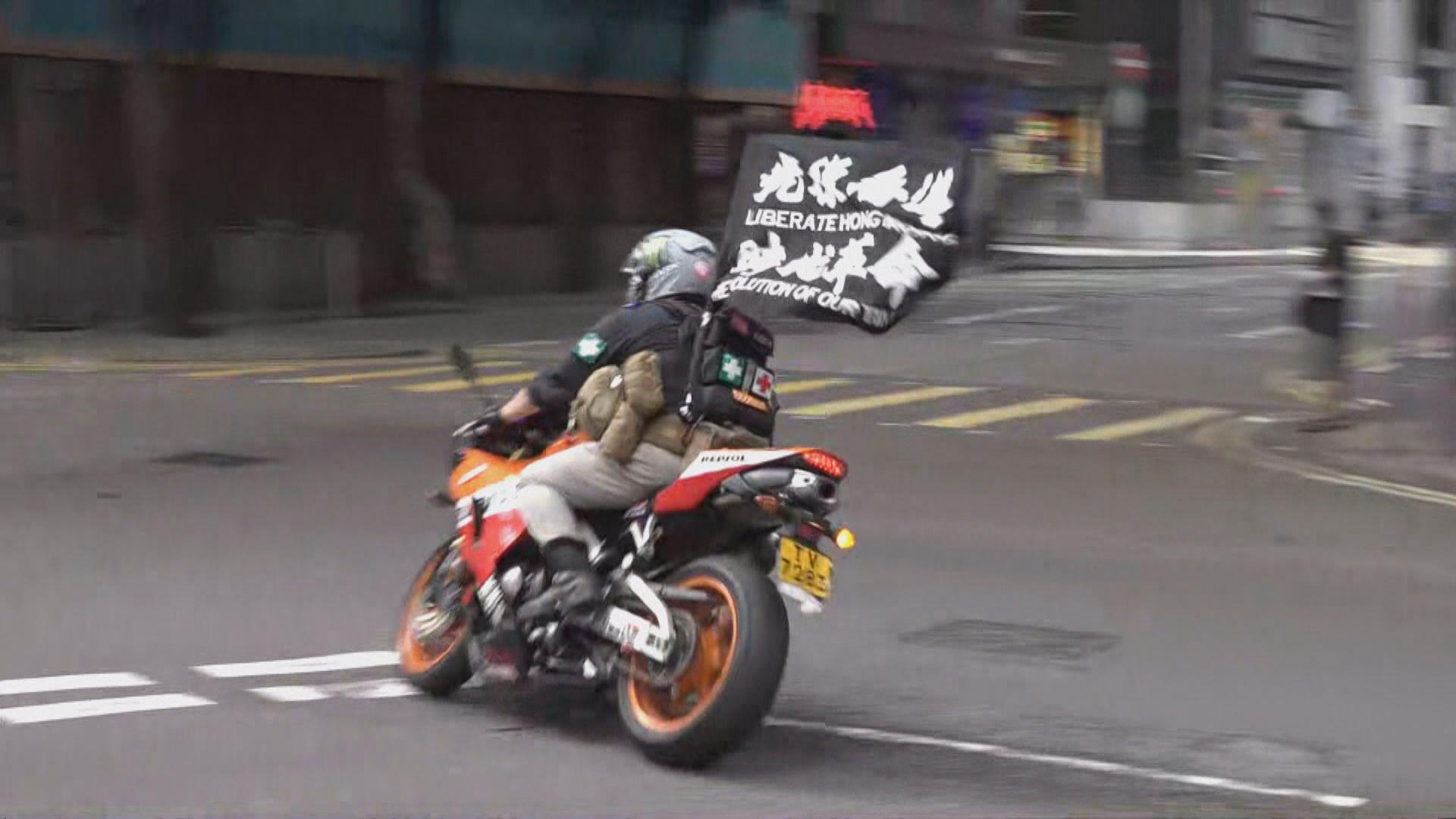 男子駕電單車插「光復」旗案件 三個月後再提堂