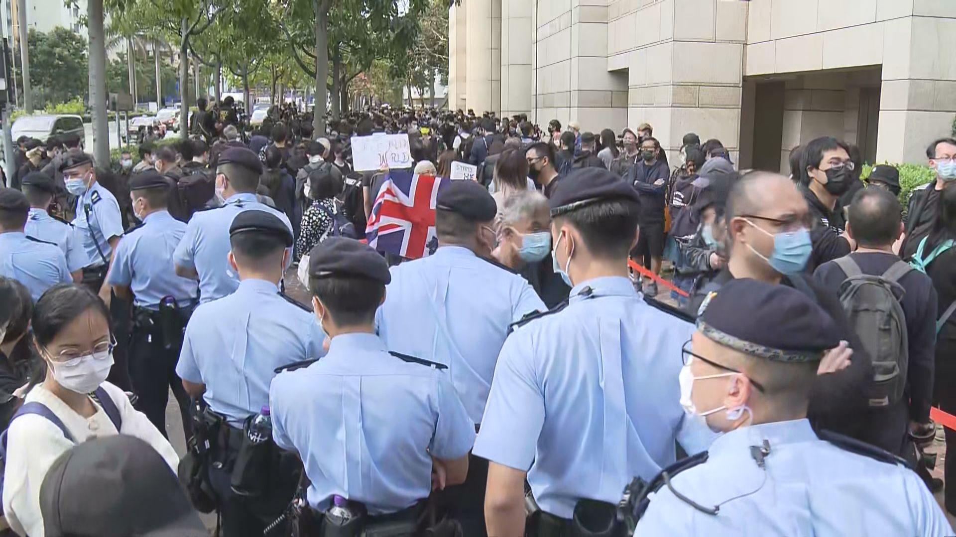 47人被控串謀顛覆國家政權 大批巿民未能入法院旁聽在外排隊等候