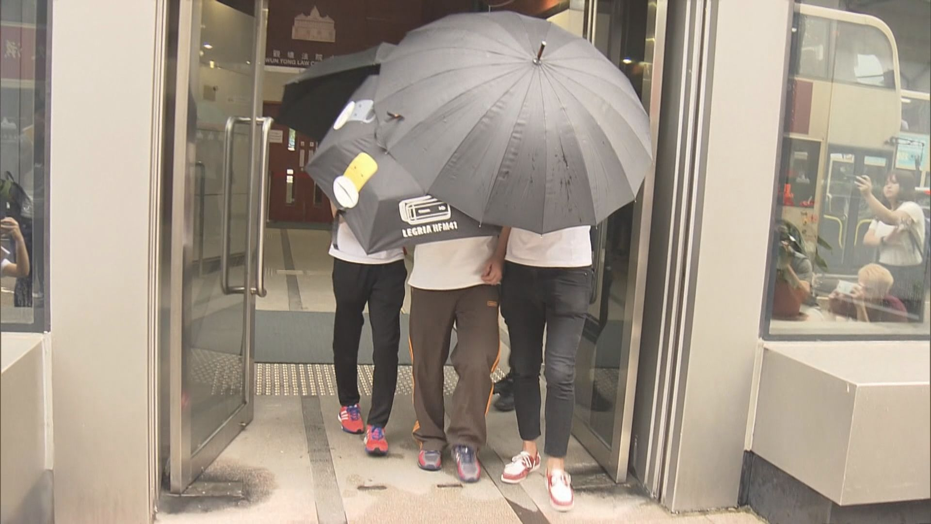九龍東遊行被捕四人先後離開觀塘裁判法院