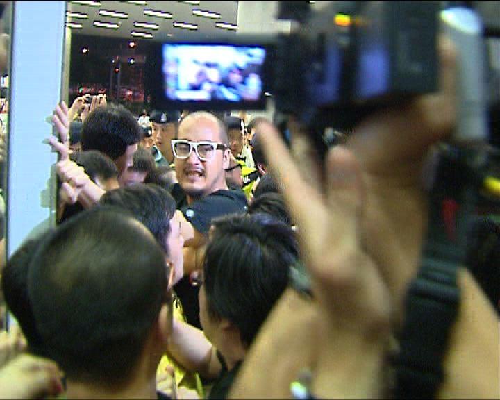 多名反東北示威者提堂