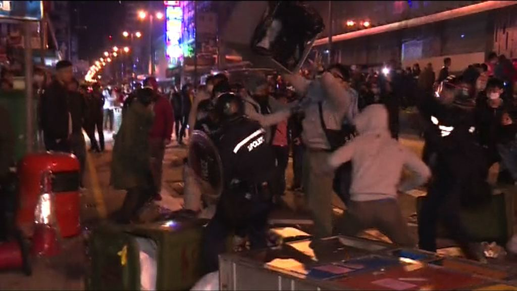 旺角騷亂案 指揮官稱警員膠盾被砸破