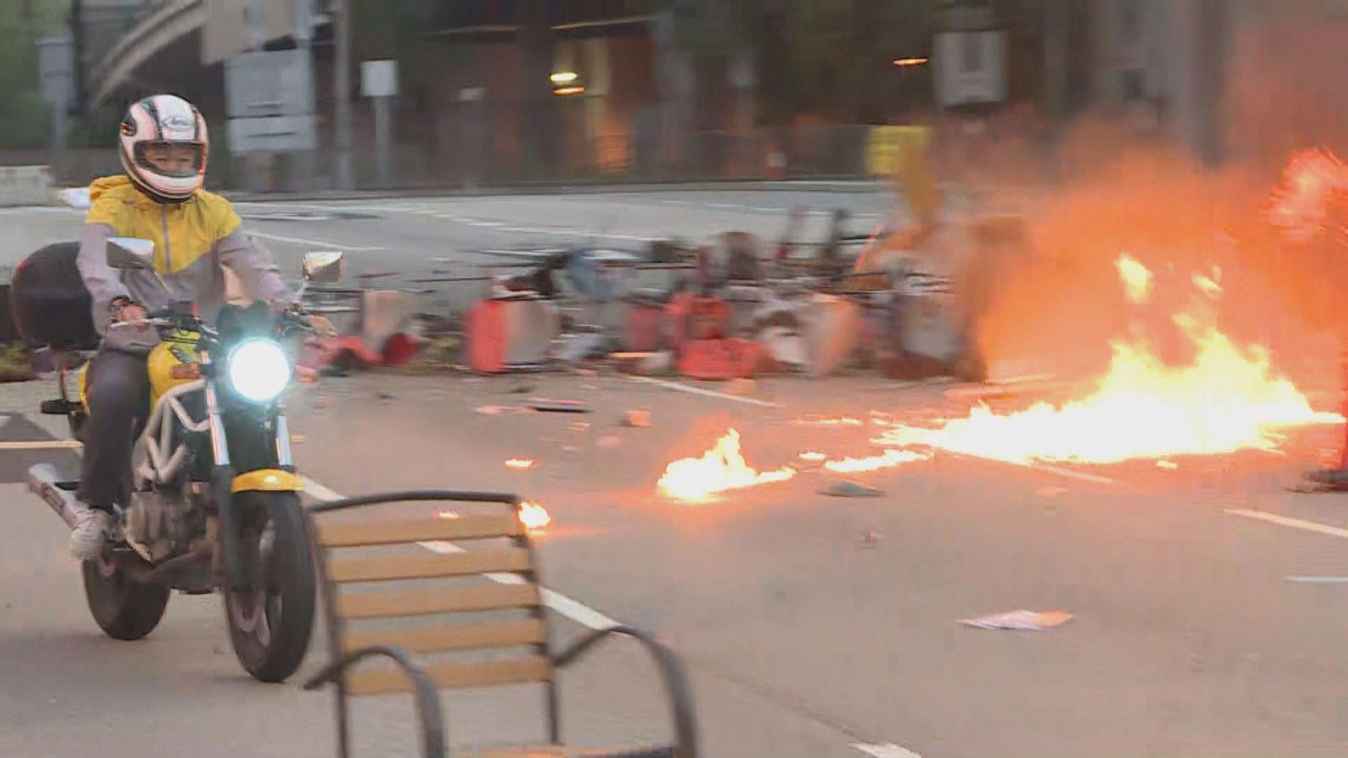 示威者四處堵路高空擲物險象環生