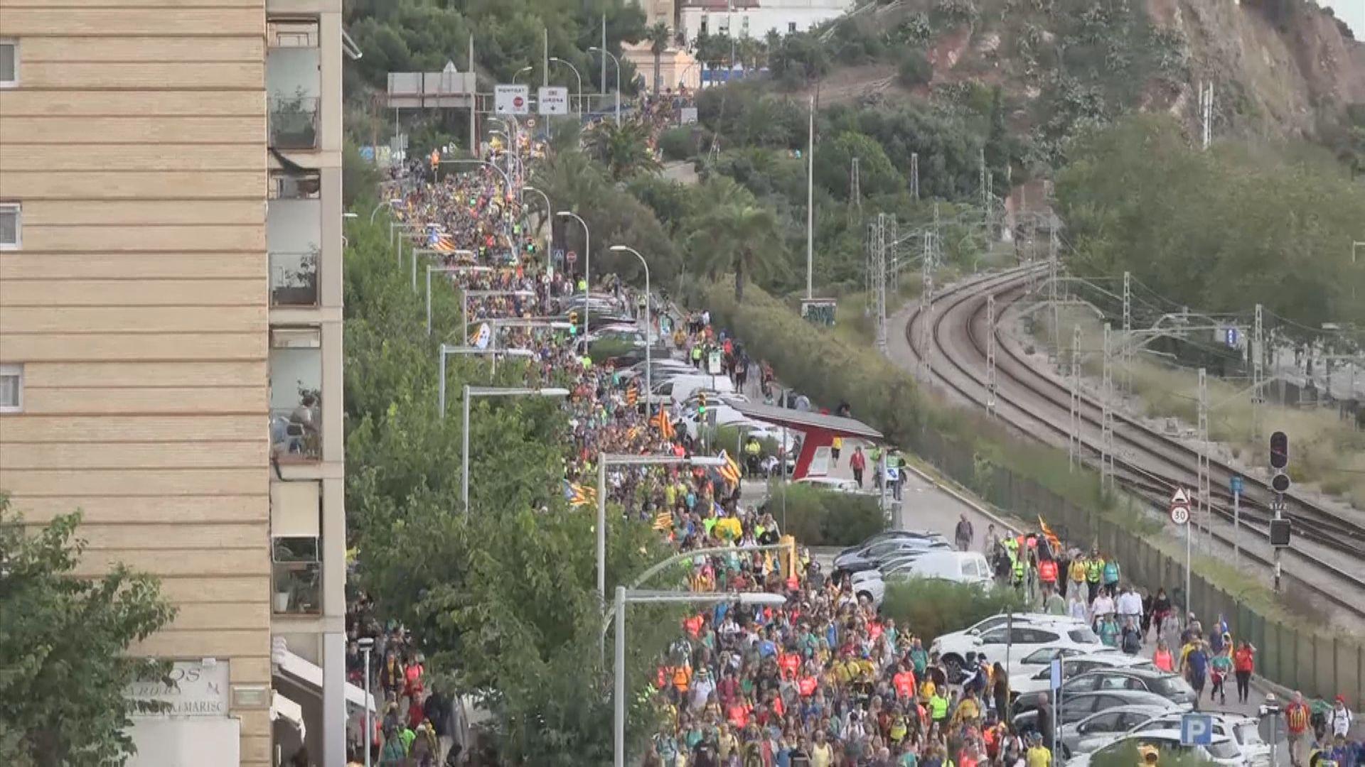 加泰示威者陸續抵達巴塞羅那會合