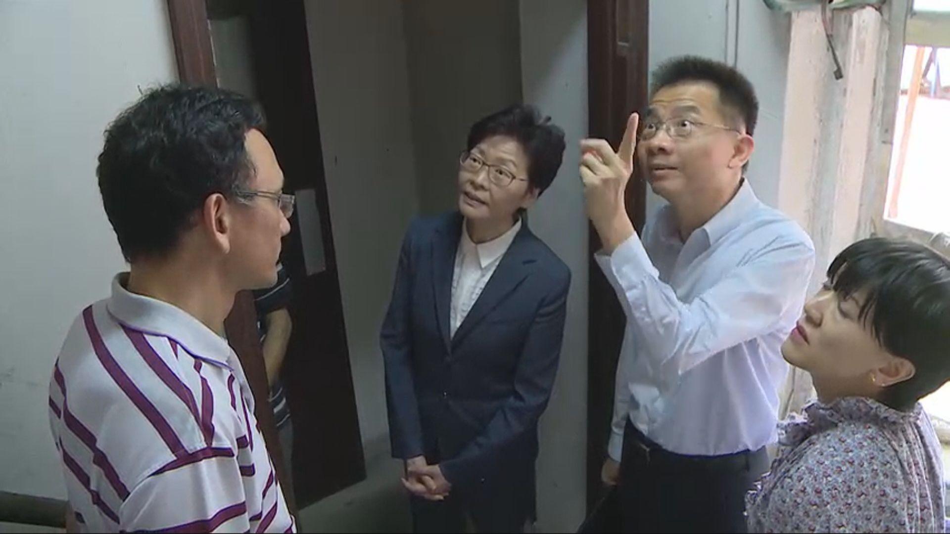 林鄭月娥到訪西營盤舊樓與業主交流