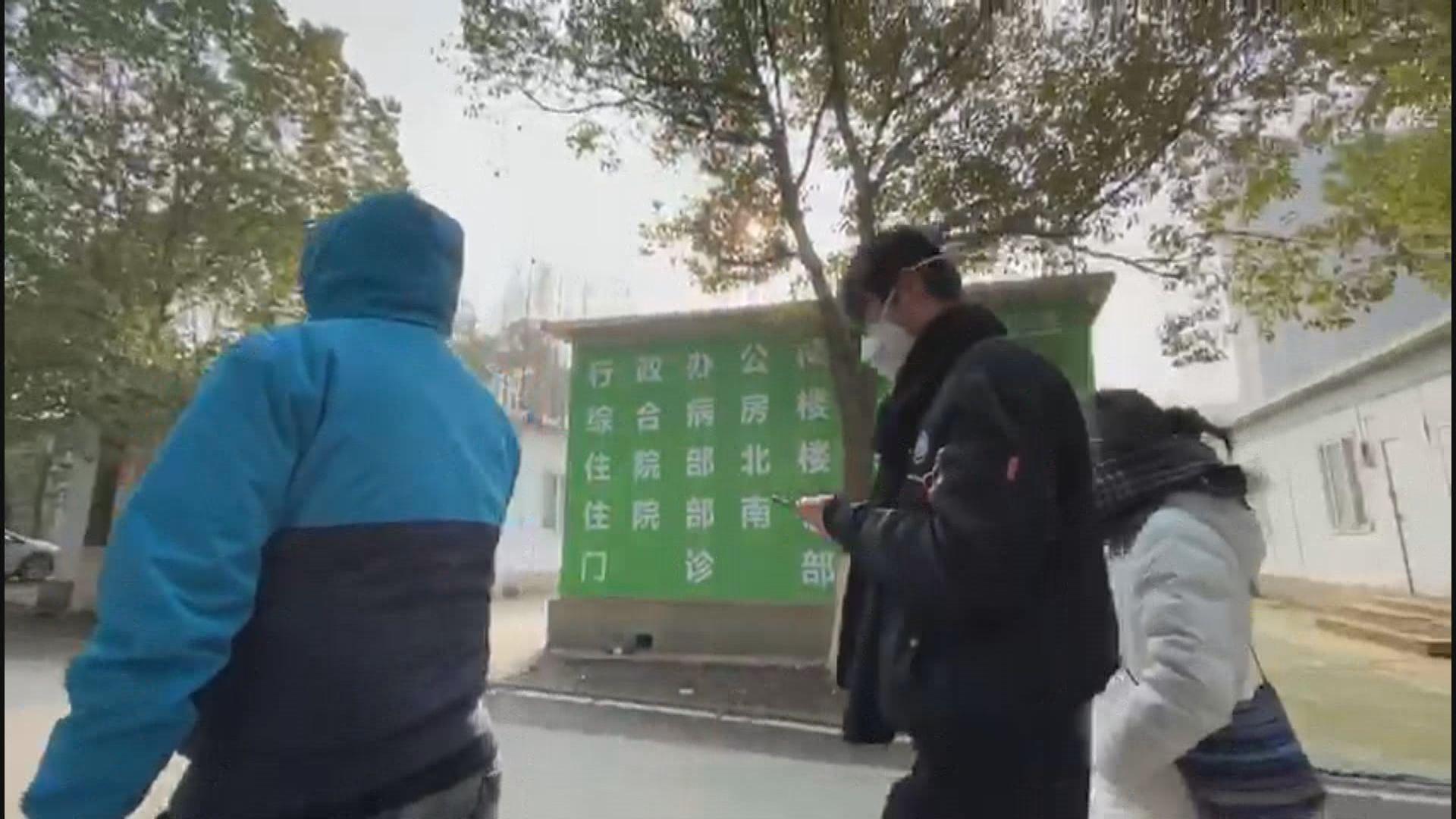 武漢隔離醫院人流稀少 出入人士戴N95口罩