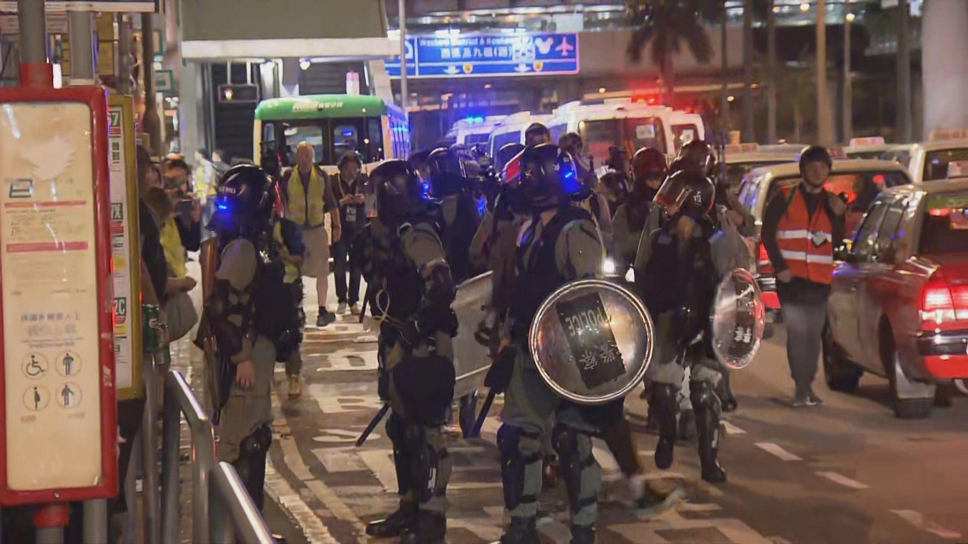 中環晚上有市民一度走出馬路 大批防暴警增援