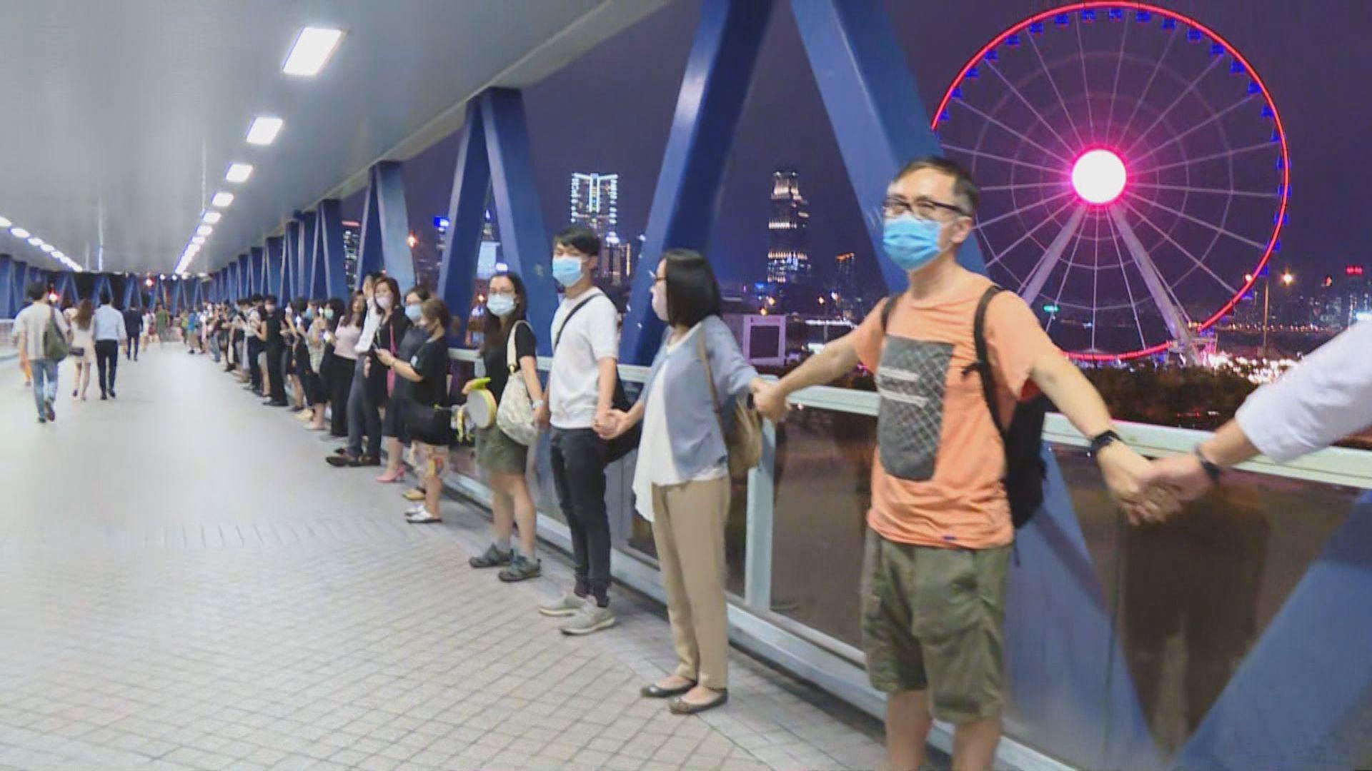 市民晚上於中環組人鏈表達反修例訴求