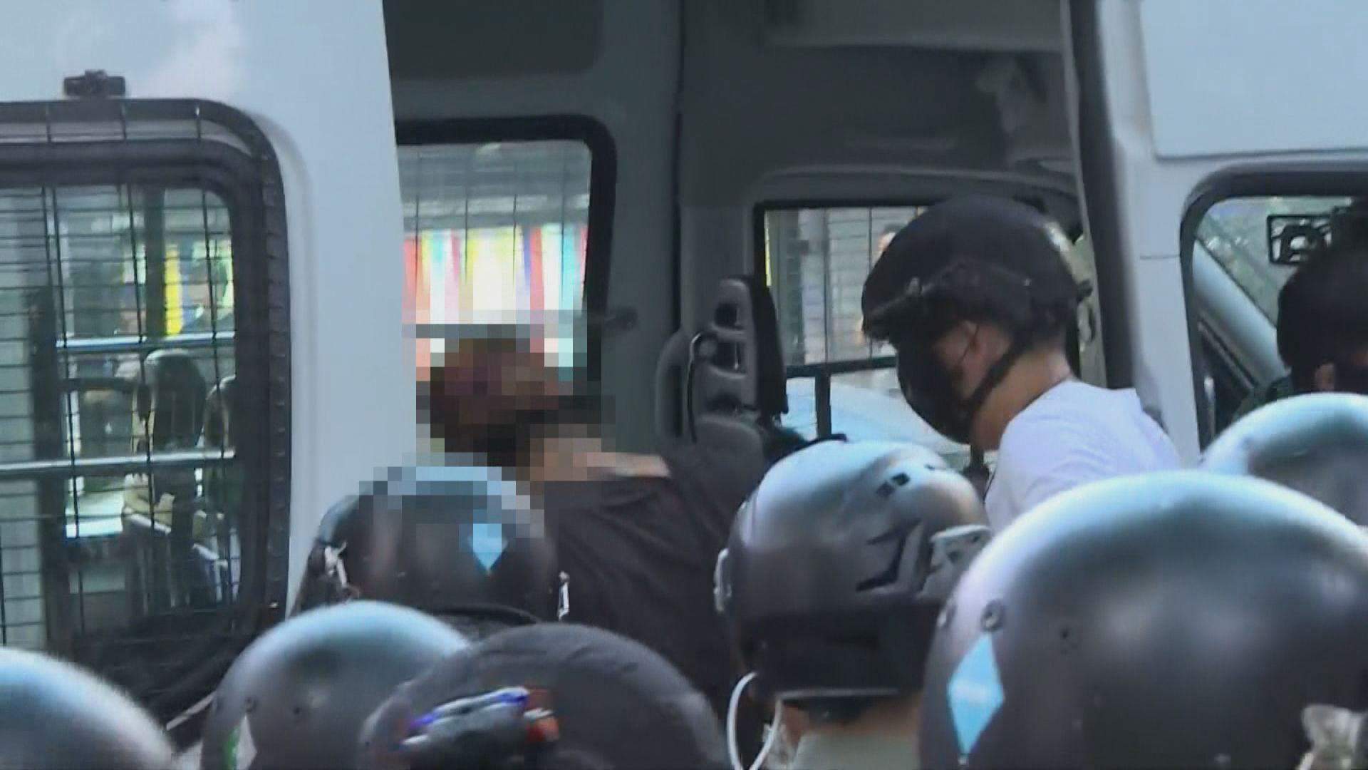 防暴警察在中環帶走一名男子