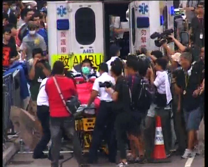 救護車擬駛入政總示威者內鬨