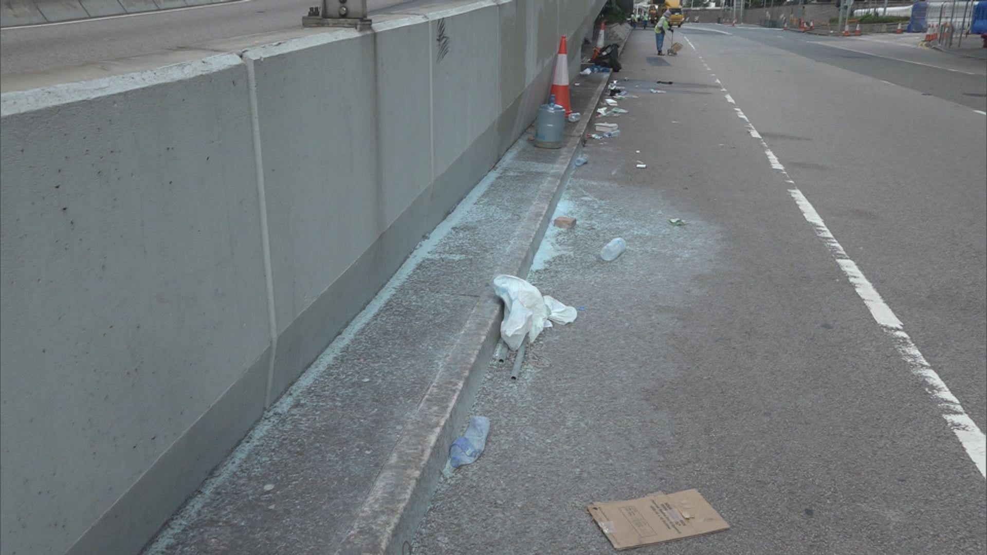 夏慤道路面被水炮車藍色水劑染色