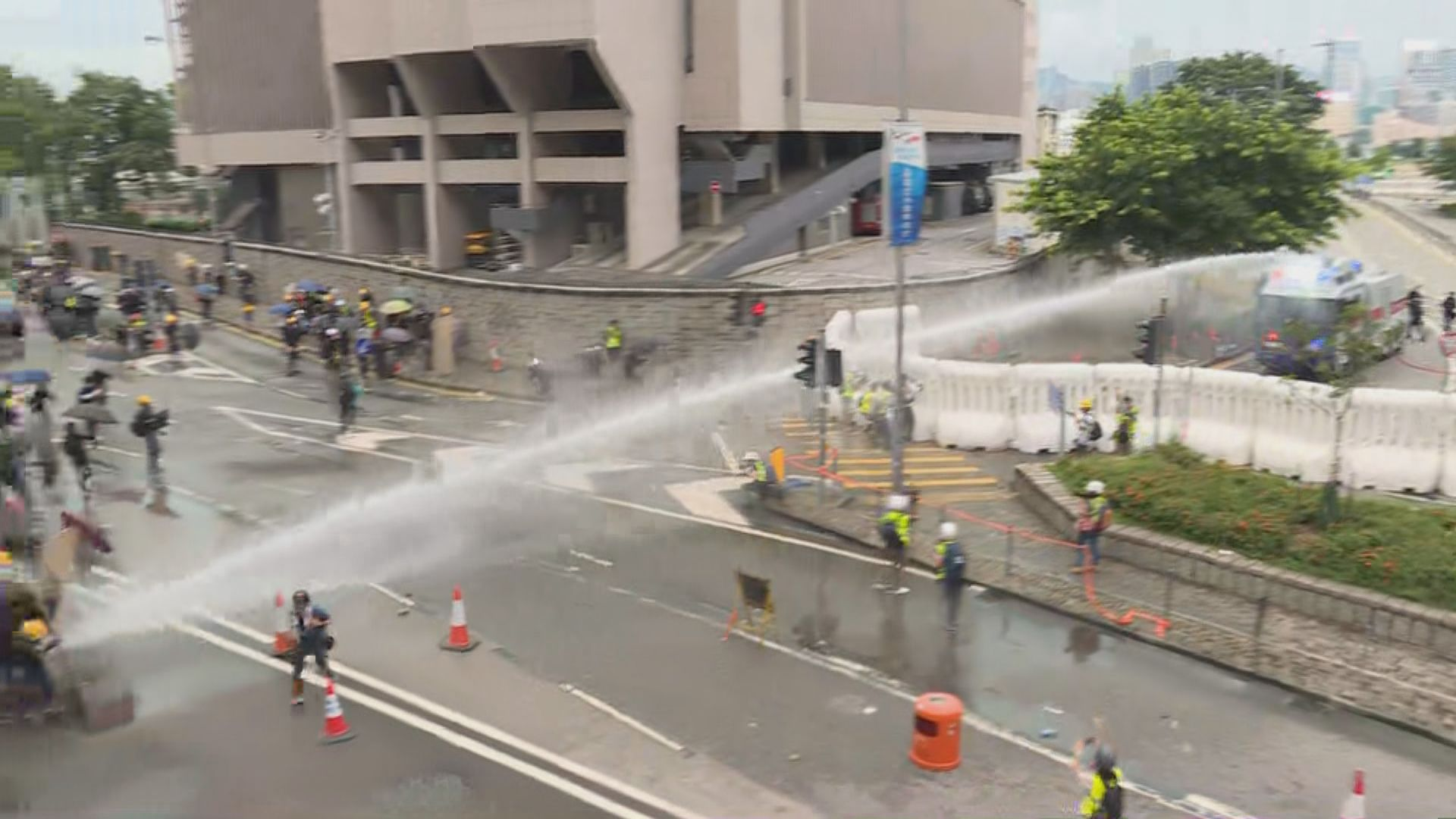 水炮車射顏色水驅散 示威者投多枚汽油彈
