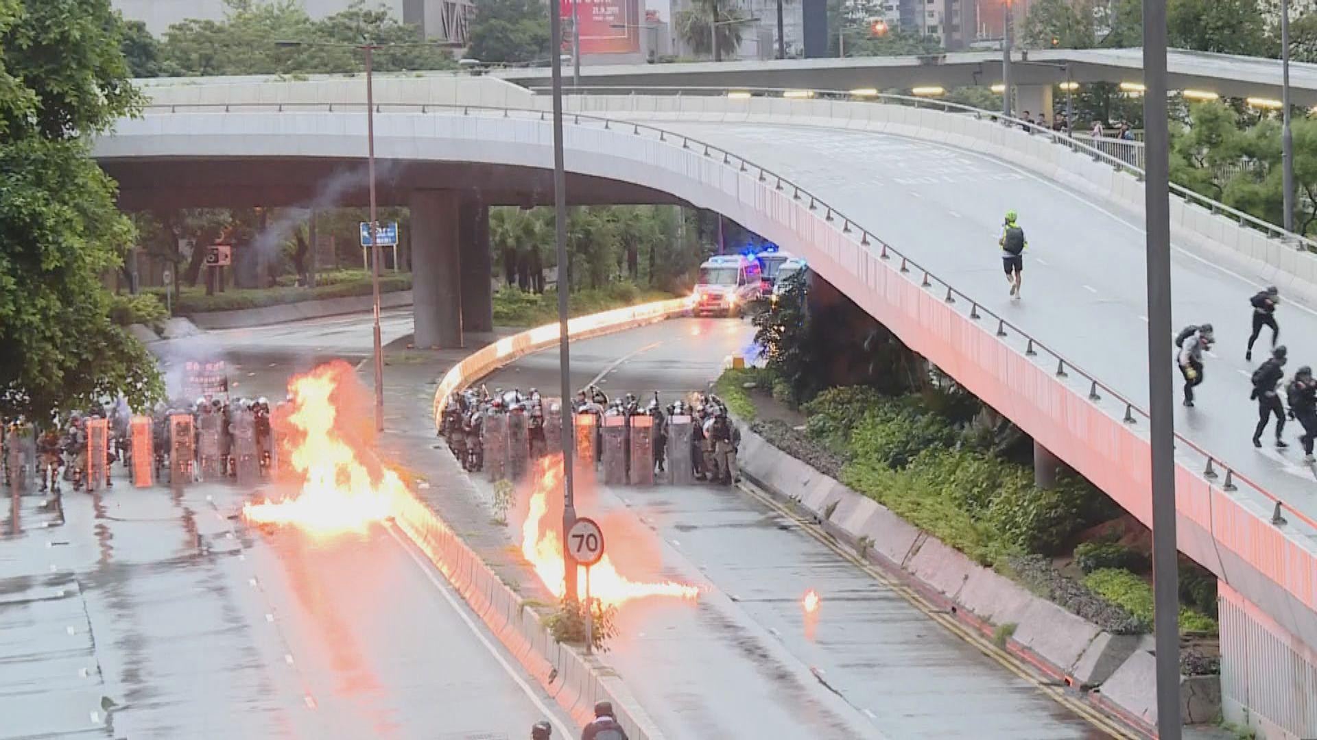 示威者向防暴警察防線投擲多枚汽油彈