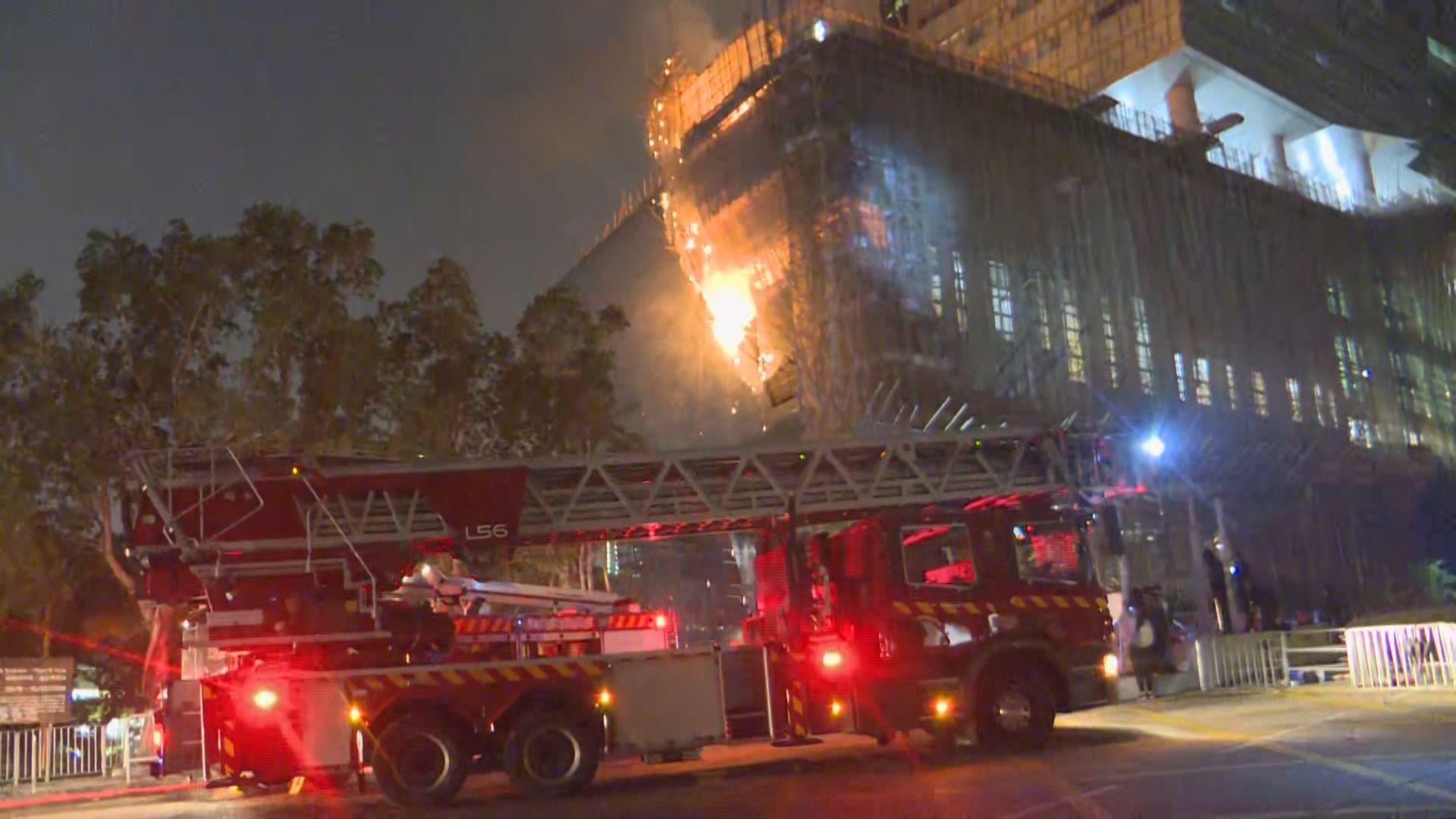 城大建築物外牆竹棚着火 消防救熄