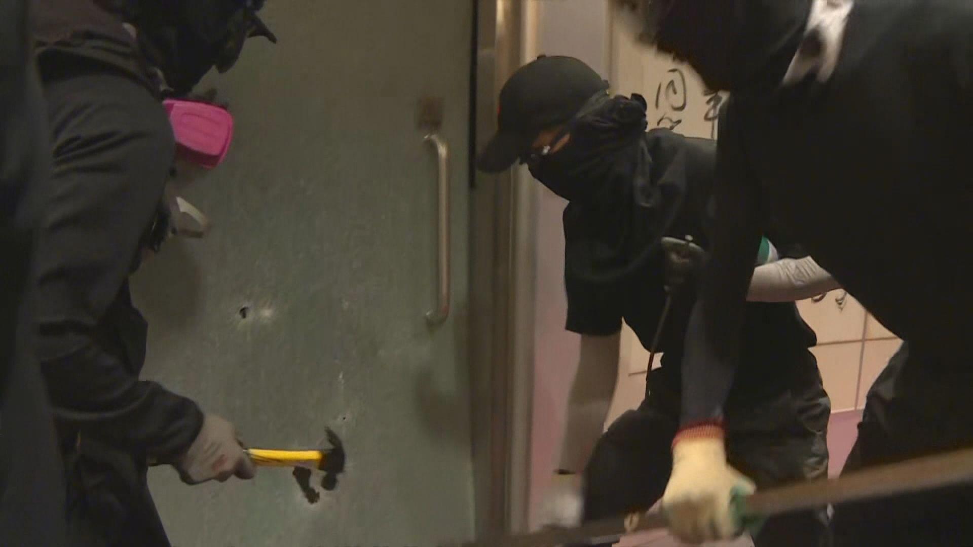 深夜示威者闖城大鄭翼之樓破壞辦公室