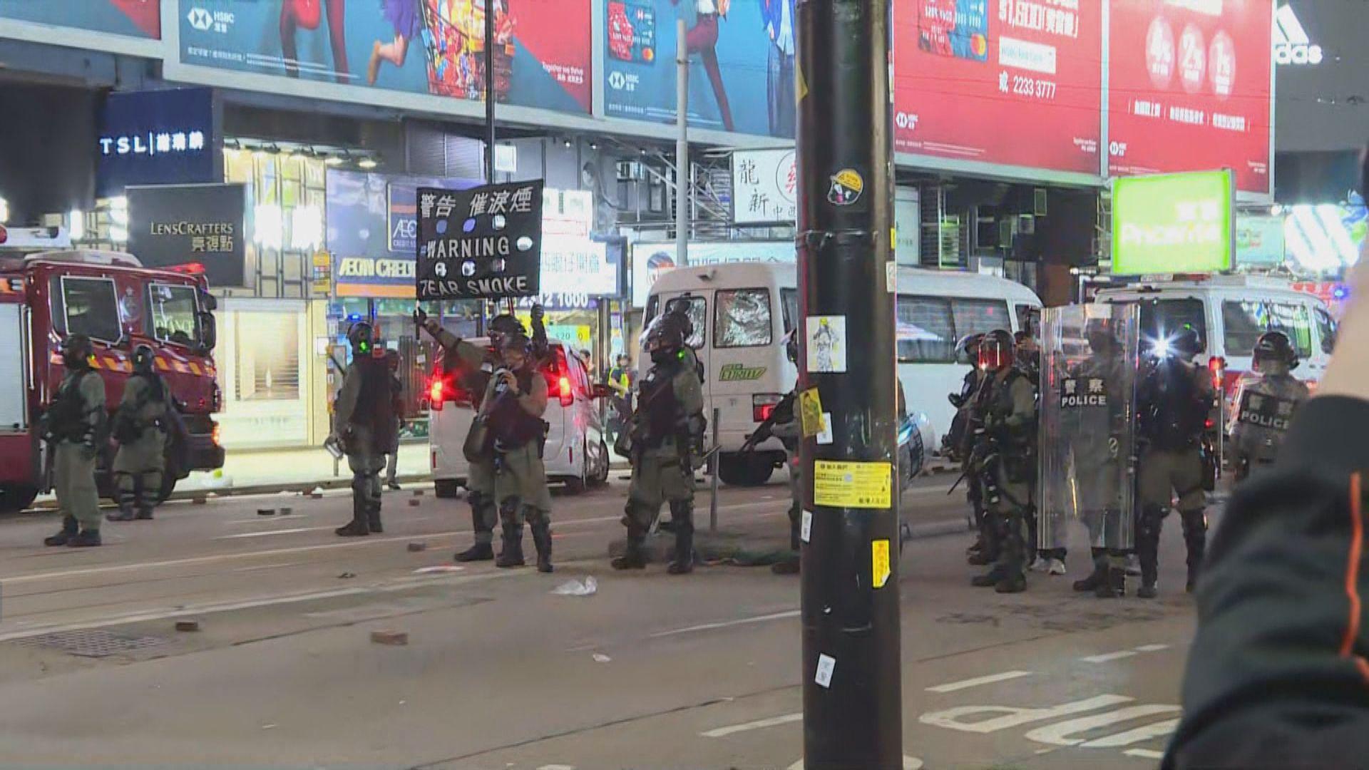 警方晚上在崇光百貨外施放催淚彈制服多人