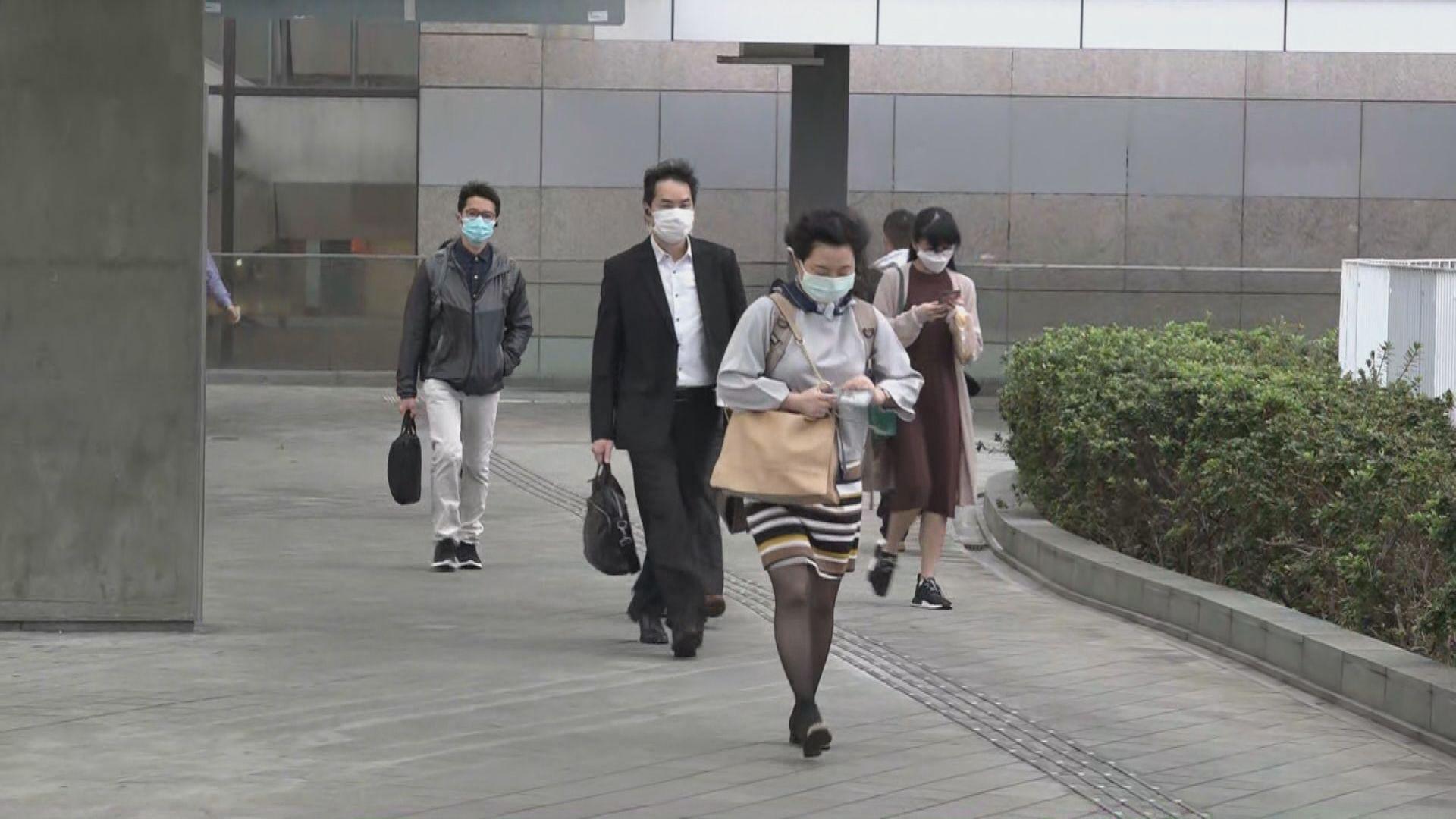 公務員今日起陸續恢復辦公 不少人上班自備口罩