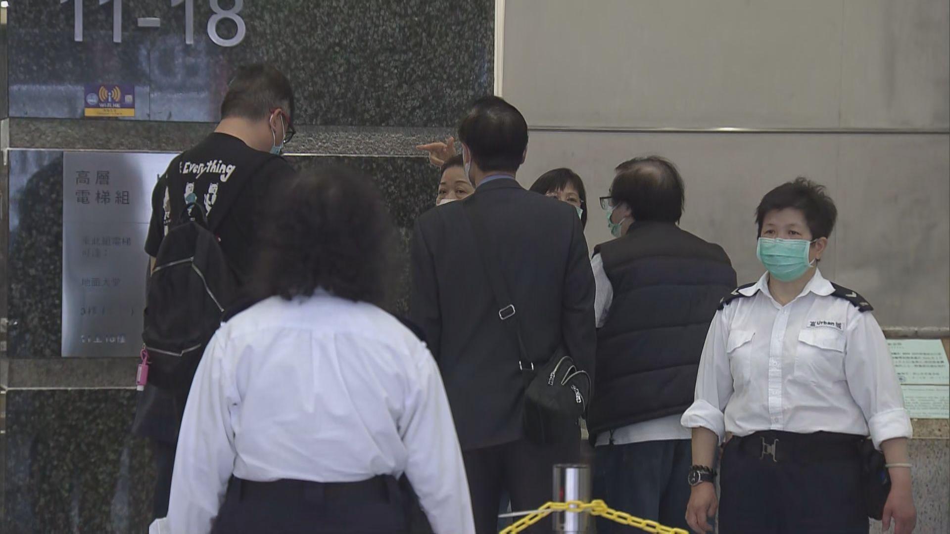 政府合署內公共服務陸續恢復 有人開門前到入境處排隊