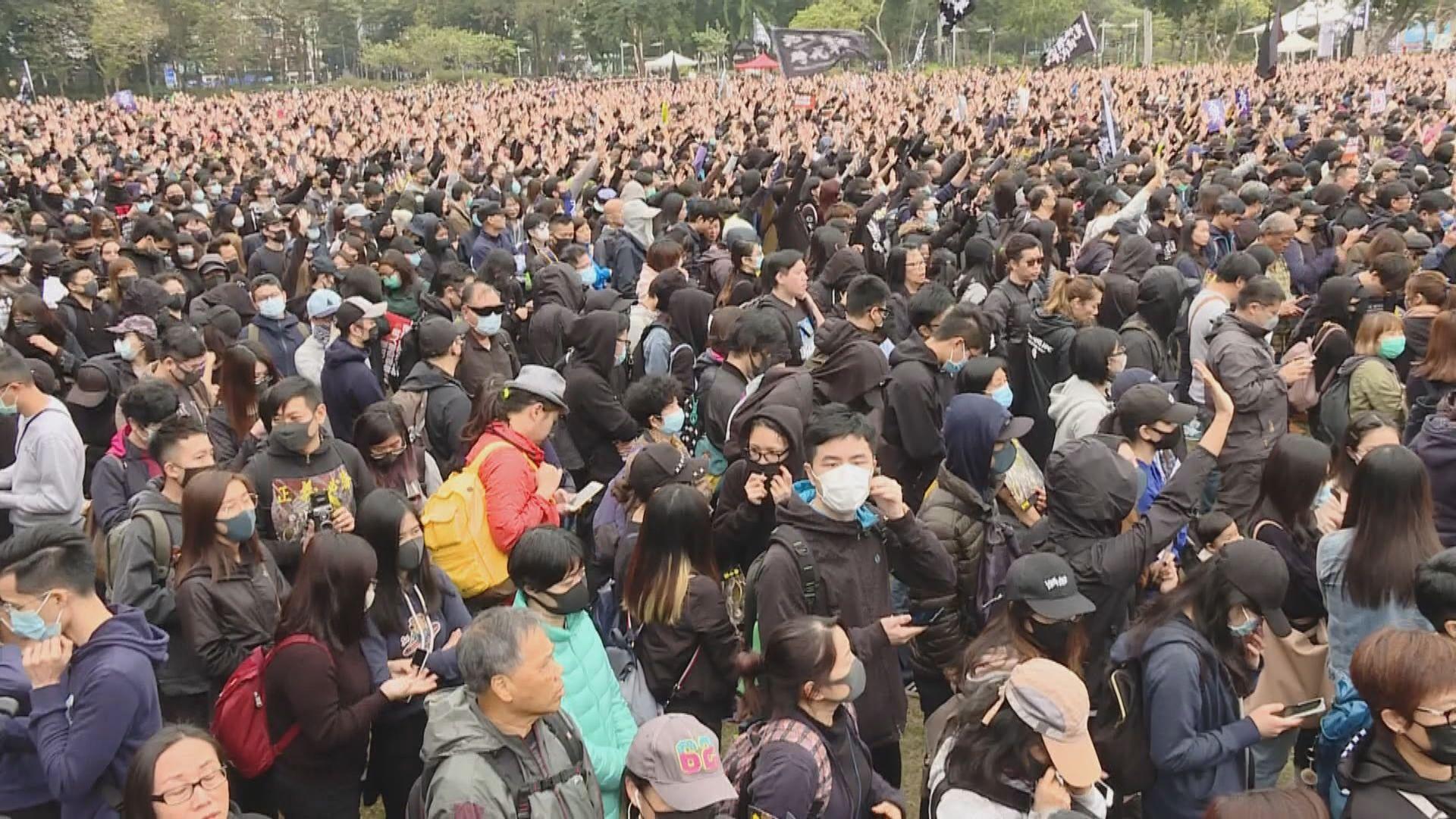 民陣元旦遊行 大批參與者維園等候出發