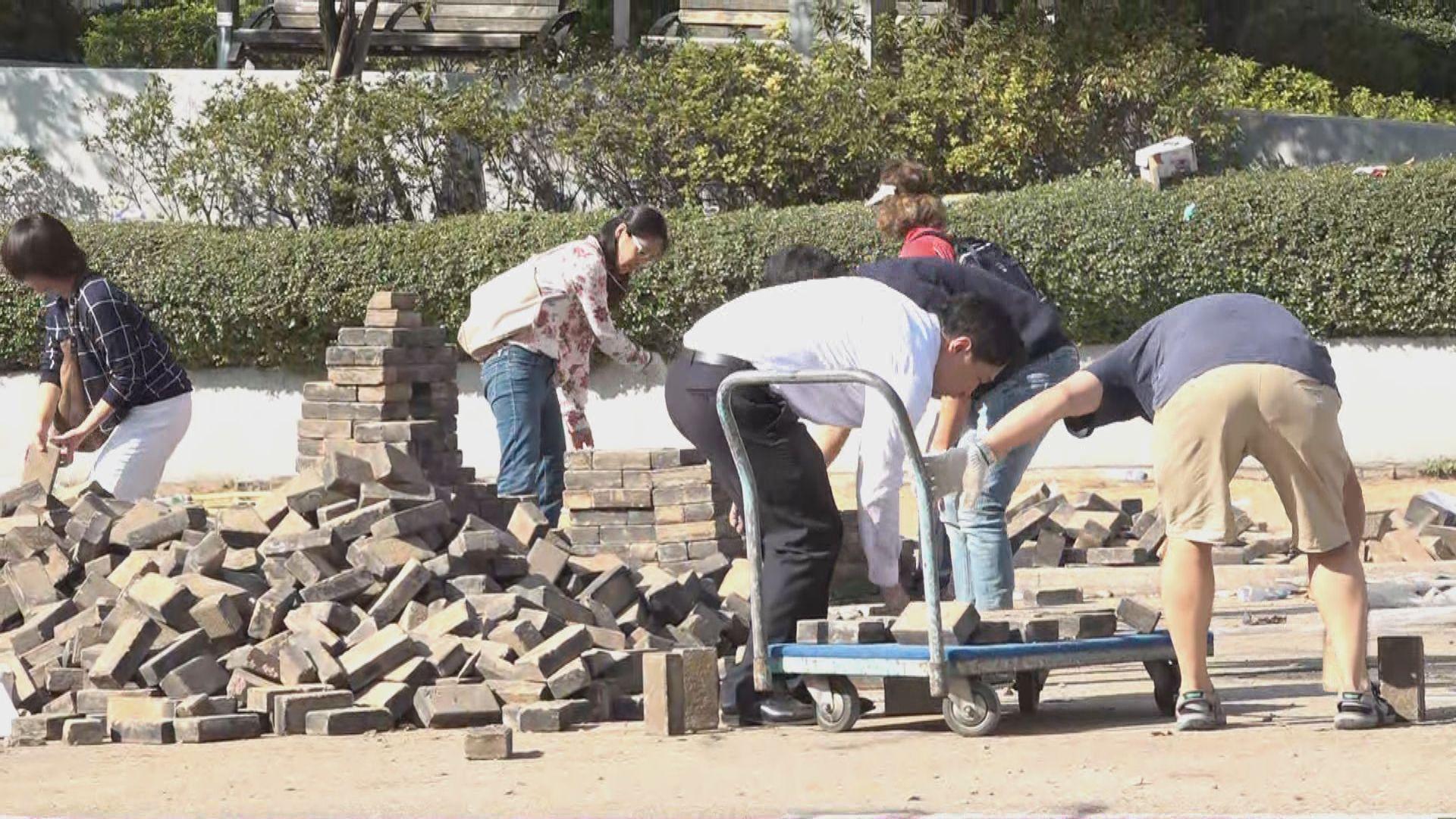 浸會大學對開聯合道有市民自發清路障