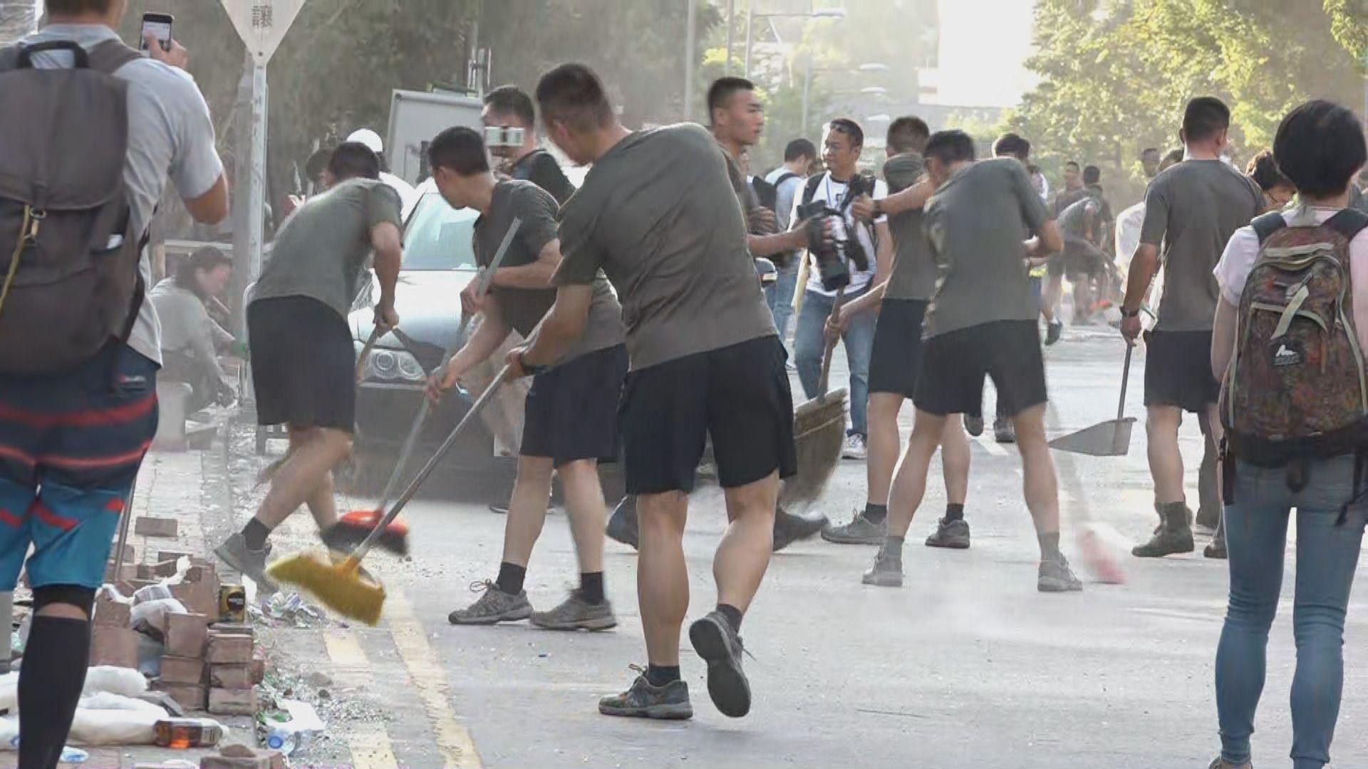 解放軍駐港部隊清理聯福道路障 稱自發行動