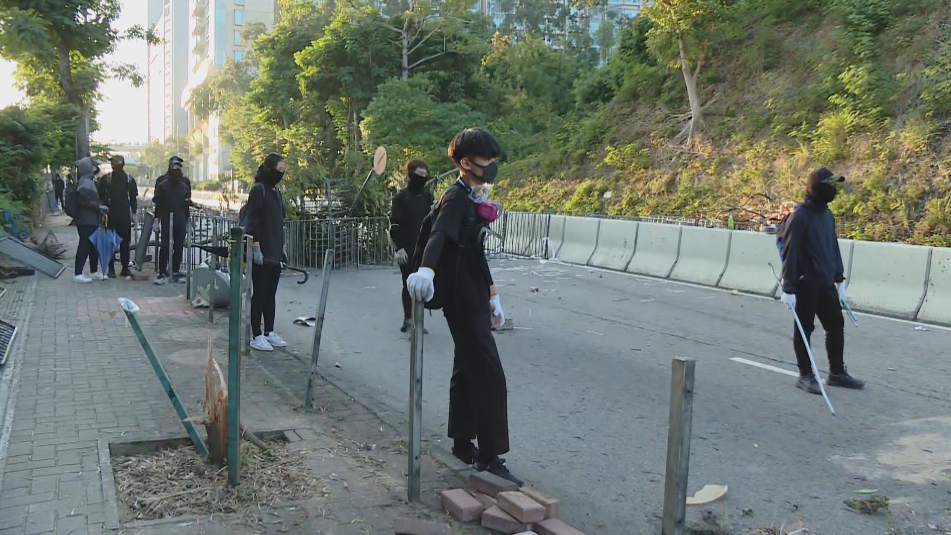 城大理大有市民清理路障時遇黑衣人阻撓