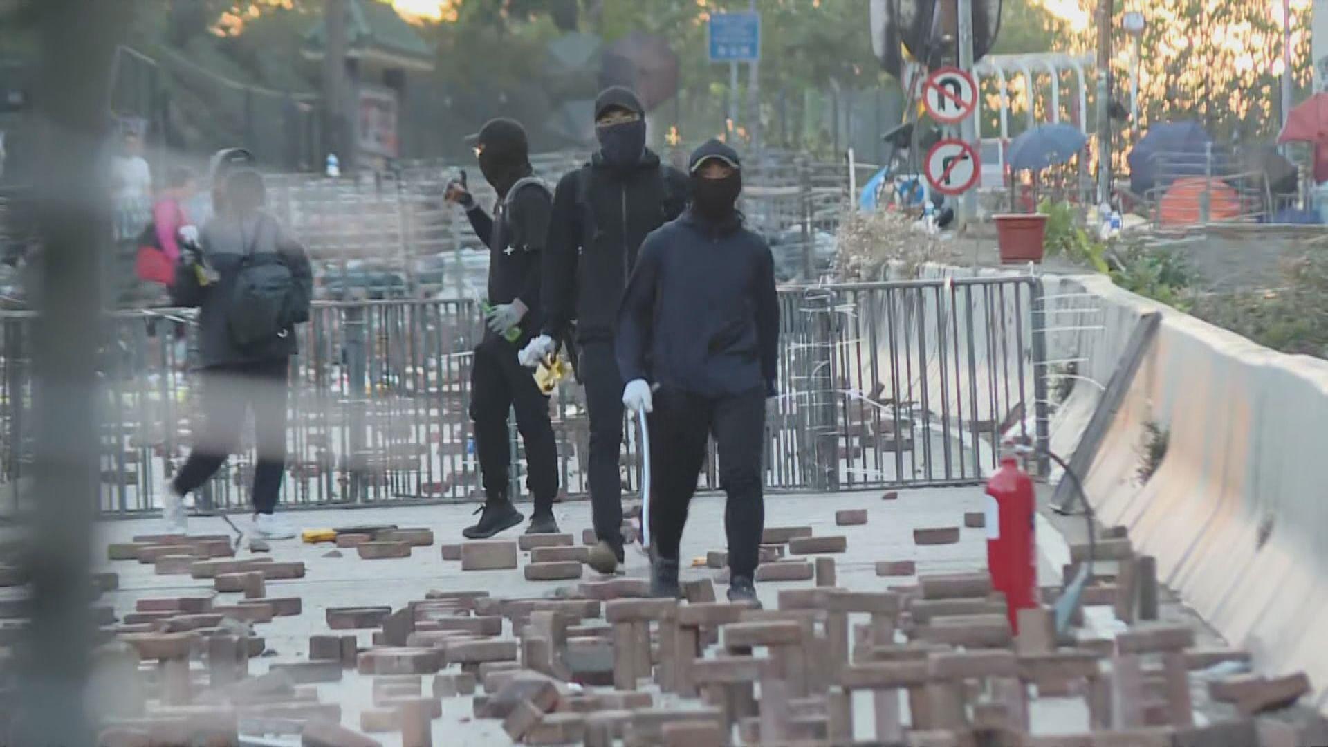 市民到城大附近清理路障遭阻止