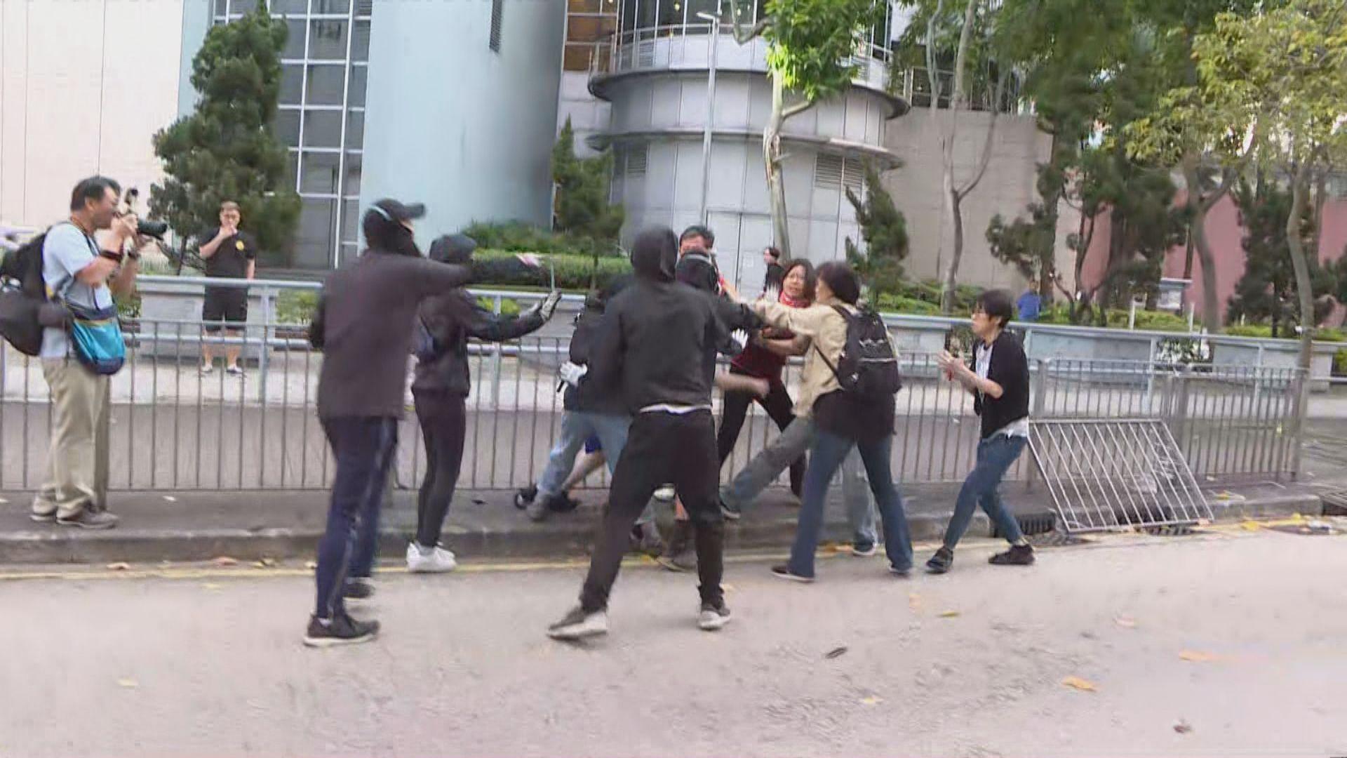 理大外道路仍阻塞 市民清理時與黑衣人衝突