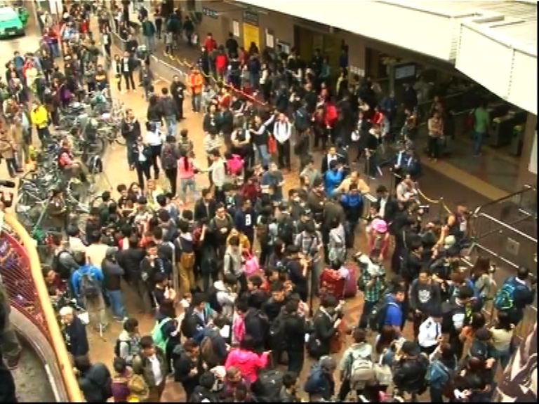 示威人士最後只在上水港鐵站外徘徊