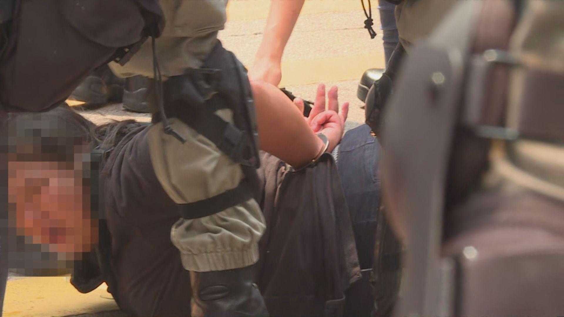 警方在崇光門外拘捕兩人