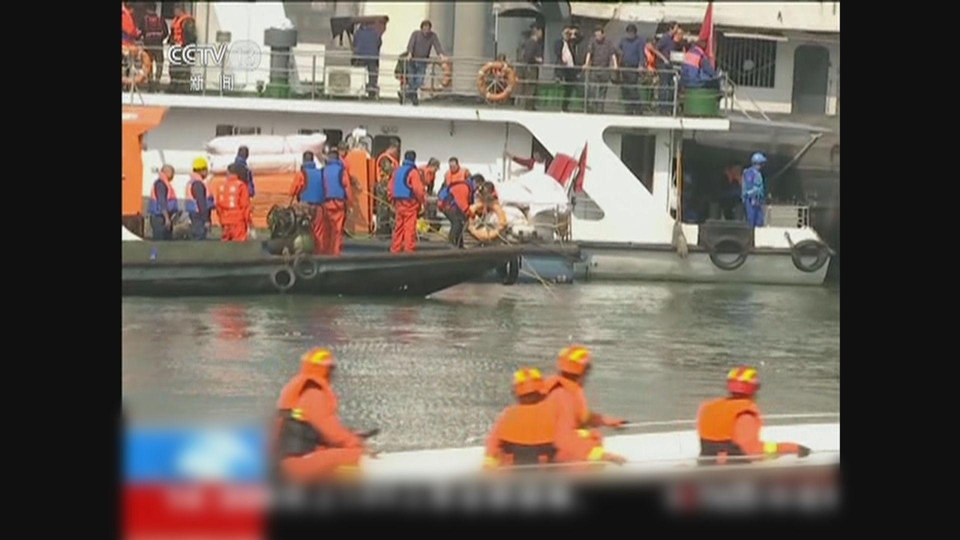 重慶巴士墮長江 救援人員打撈出多具遺體