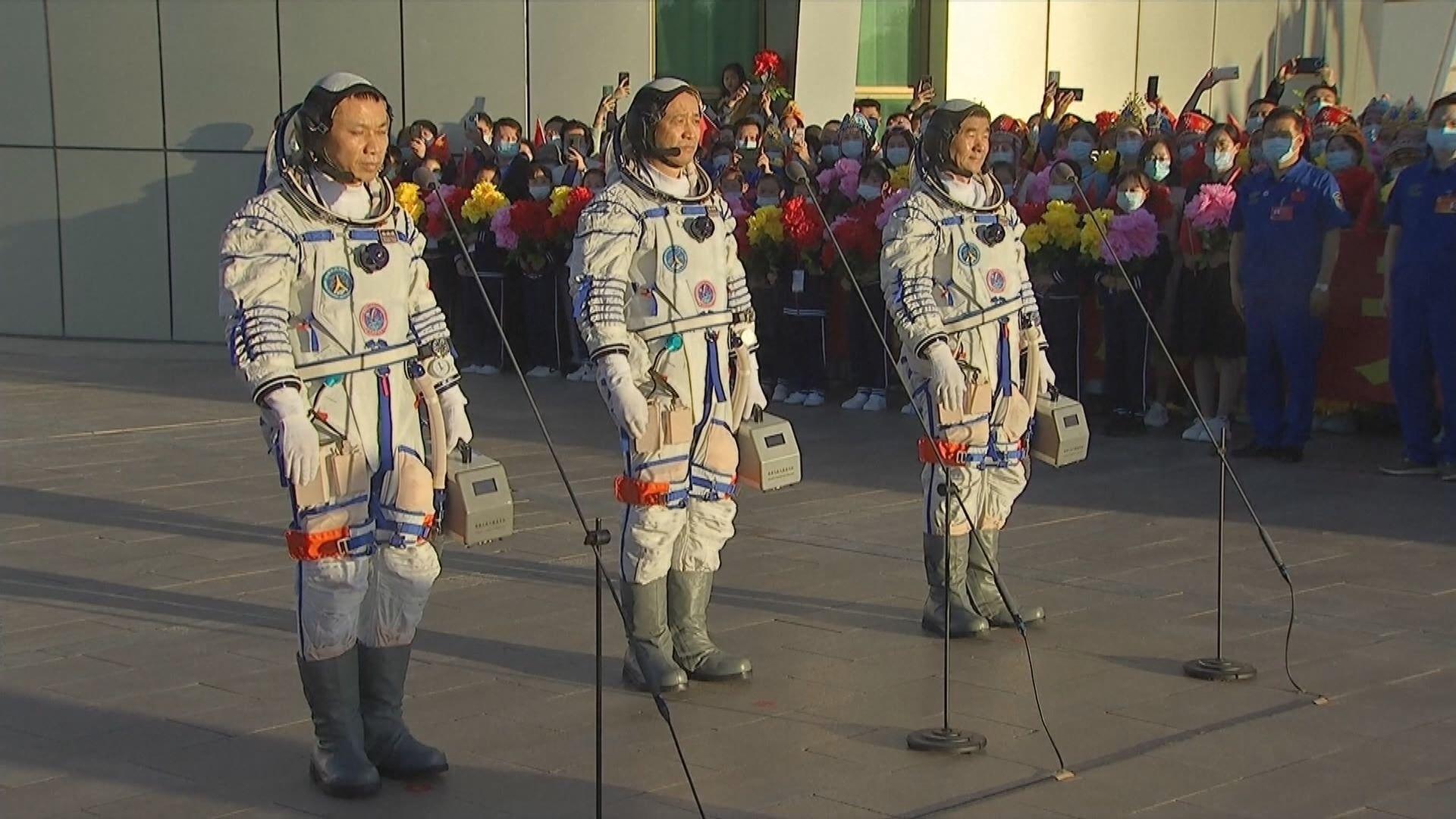 神舟十二號三名航天員出發前往發射場