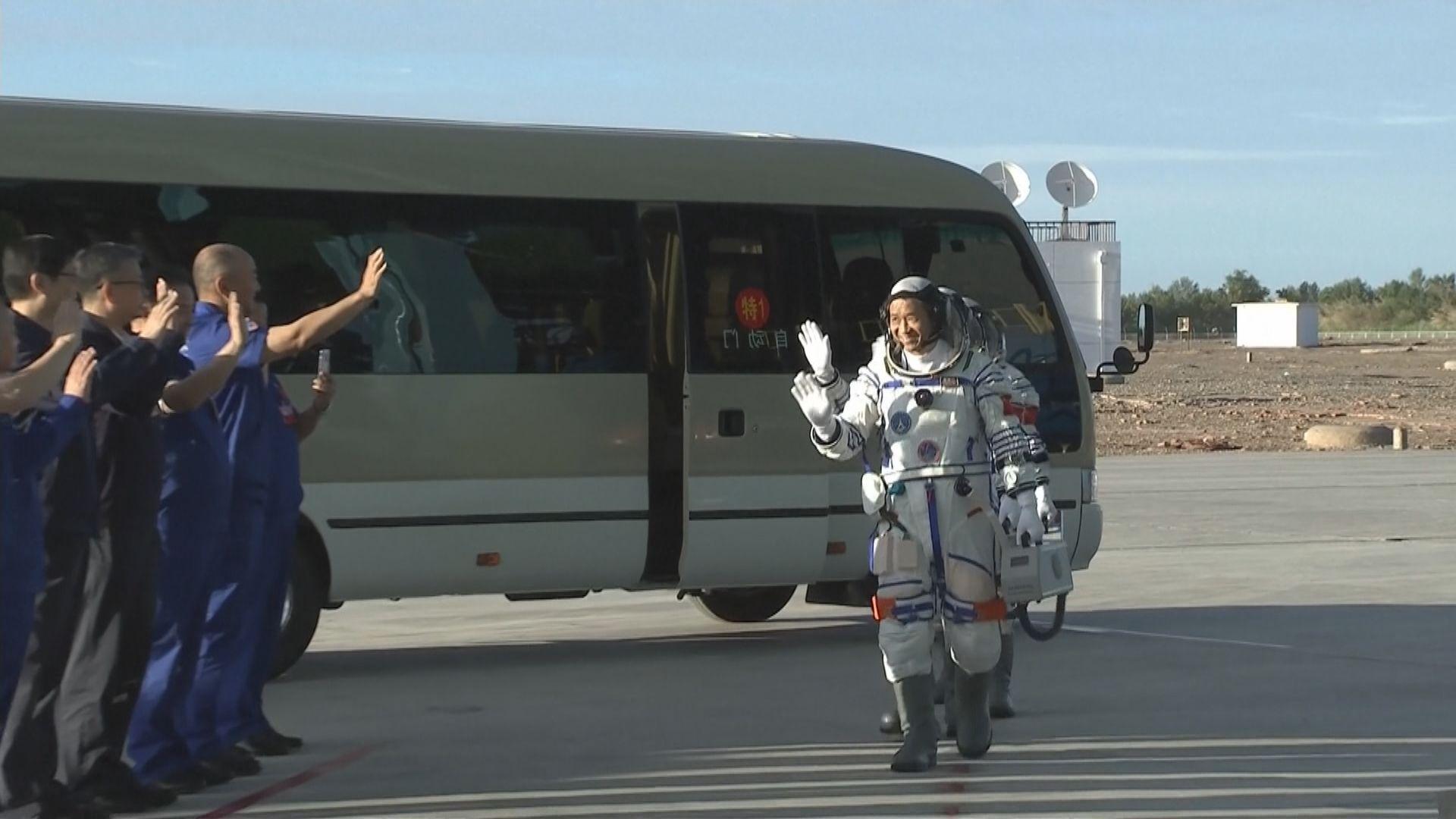 神舟十二號三名航天員進入返回艙