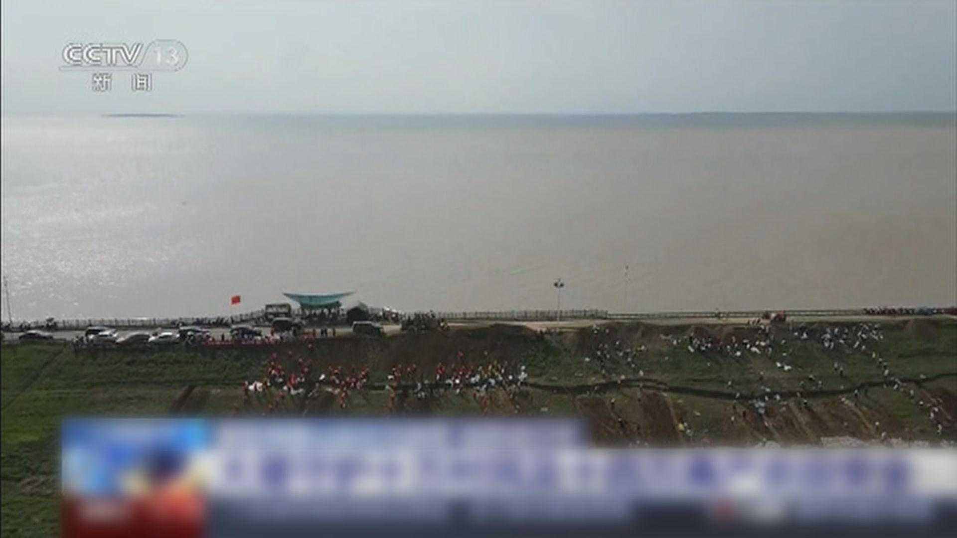 內地南方水災持續 江西省鄱陽湖部分堤壩加緊封堵決口