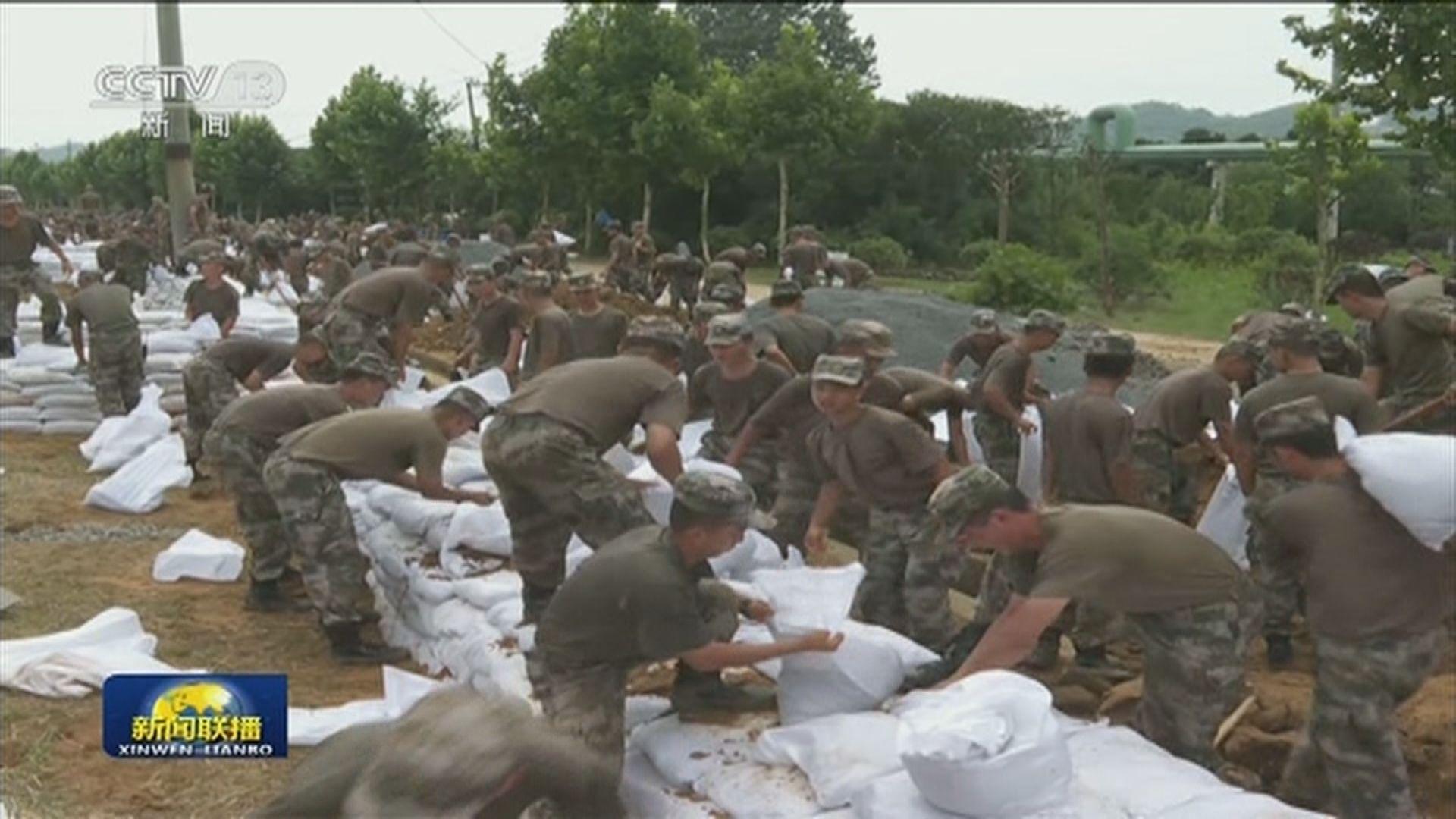 解放軍出動多支陸軍部隊及官兵到江西及安徽等地抗洪