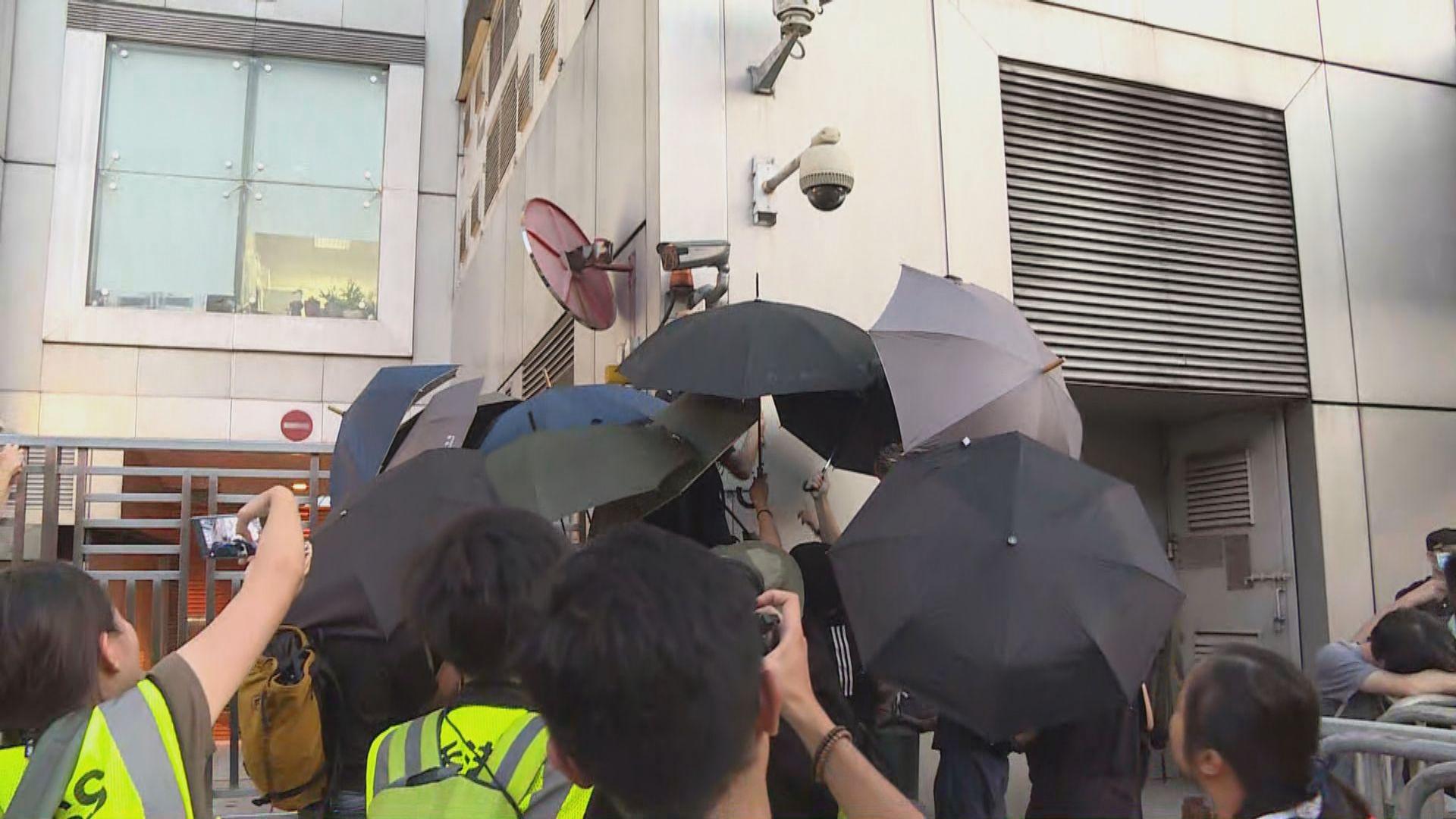 內地傳媒批示威者圍堵中聯辦