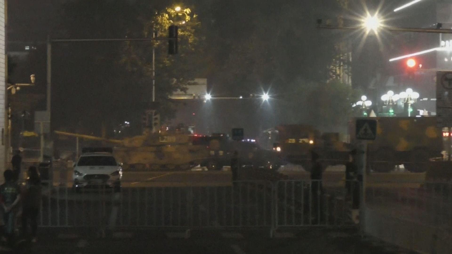 北京市晚上有軍車駛過 料為國慶做準備