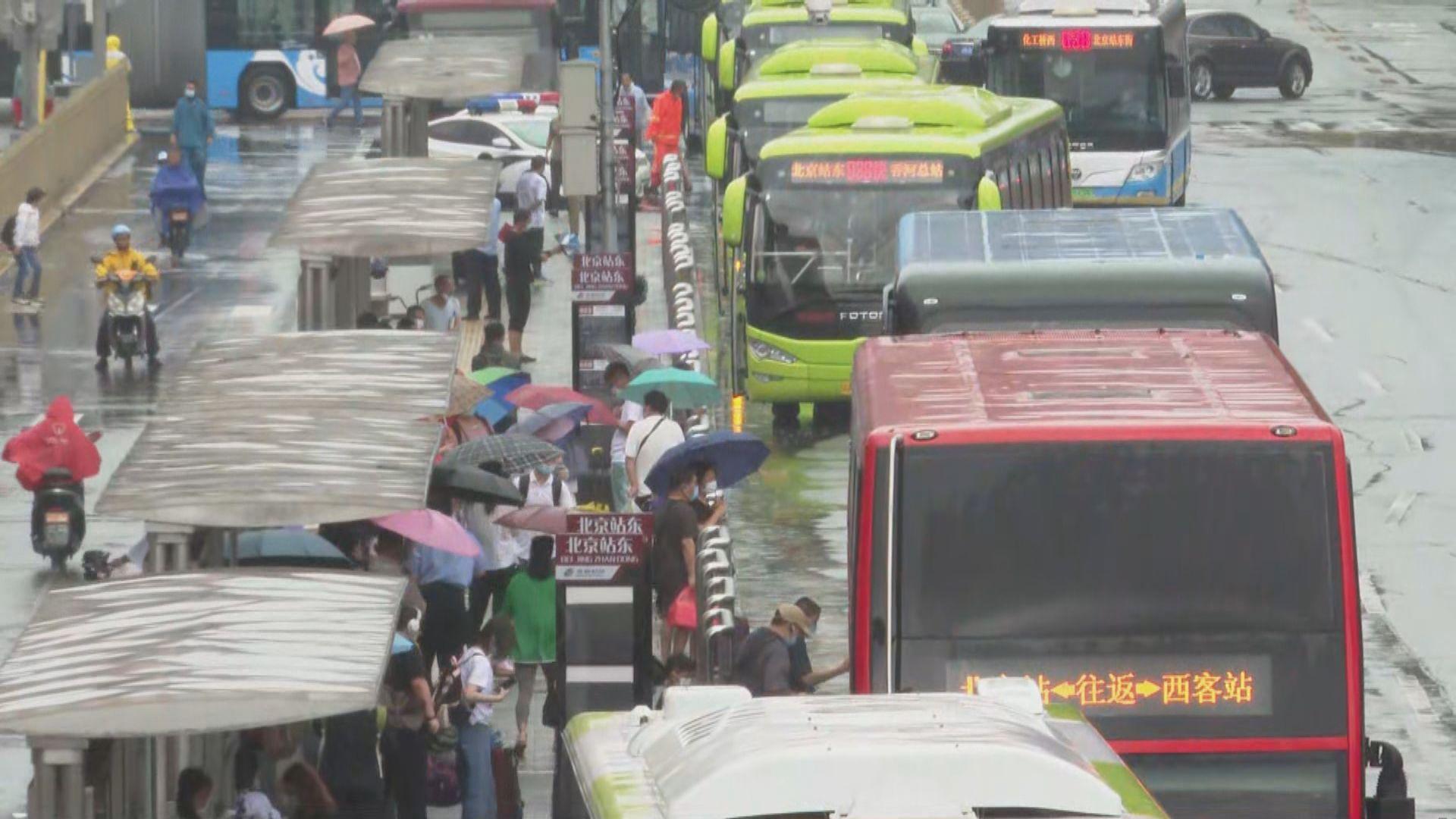 北京暴雨市民提早出門上班 旅客棄赴長城改室內活動