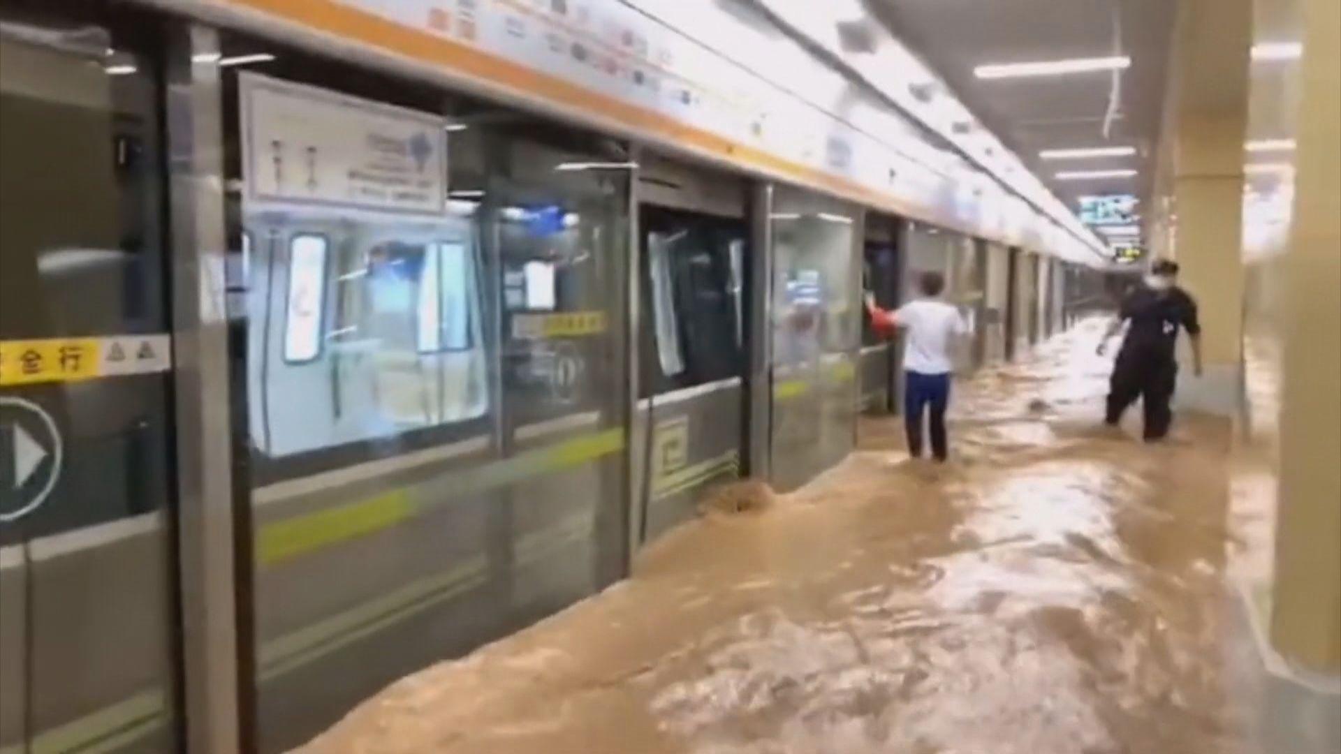 河南暴雨 其中鄭州地鐵水浸有人被困