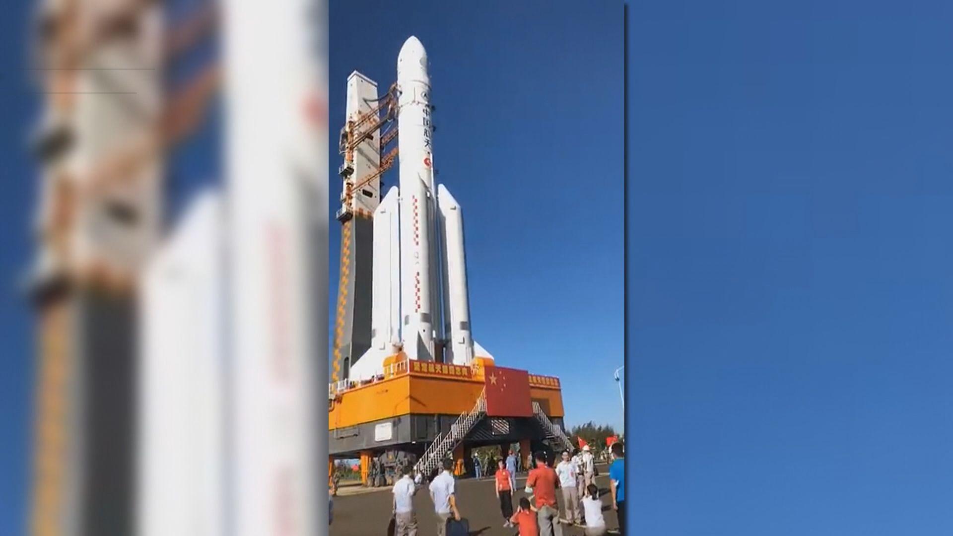 長征五號遙四運載火箭垂直轉運至發射區