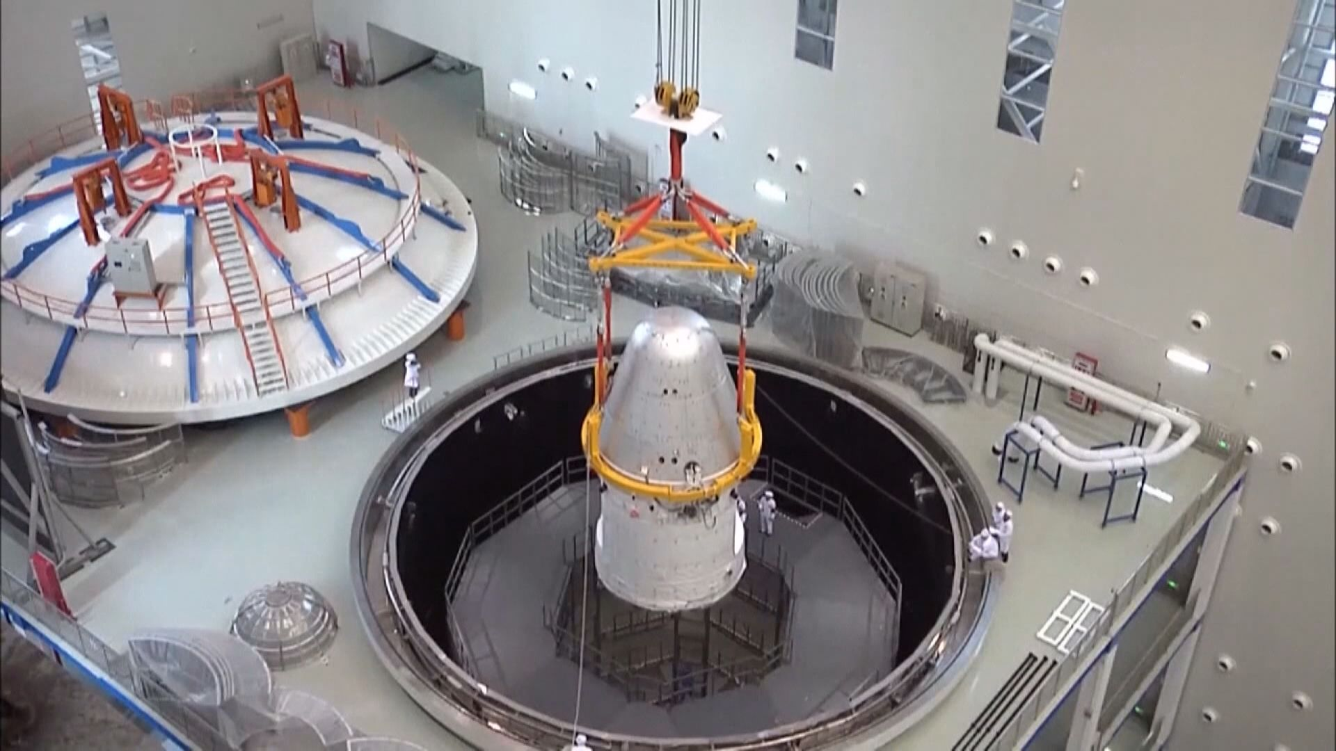 內地新一代載人飛船試驗船返回艙成功着陸